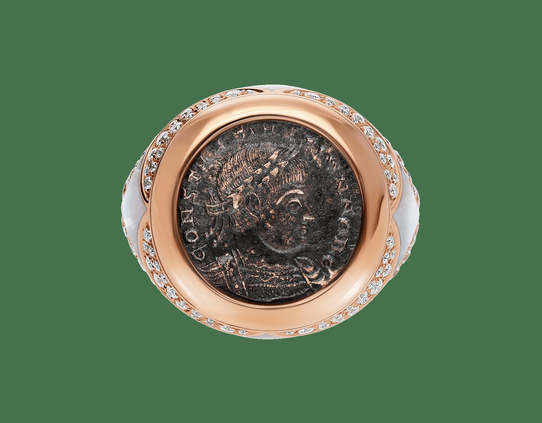 Anel Monete em ouro rosa 18K cravejado com uma moeda antiga, elementos de madrepérola e pavê de diamantes AN858424 image 3