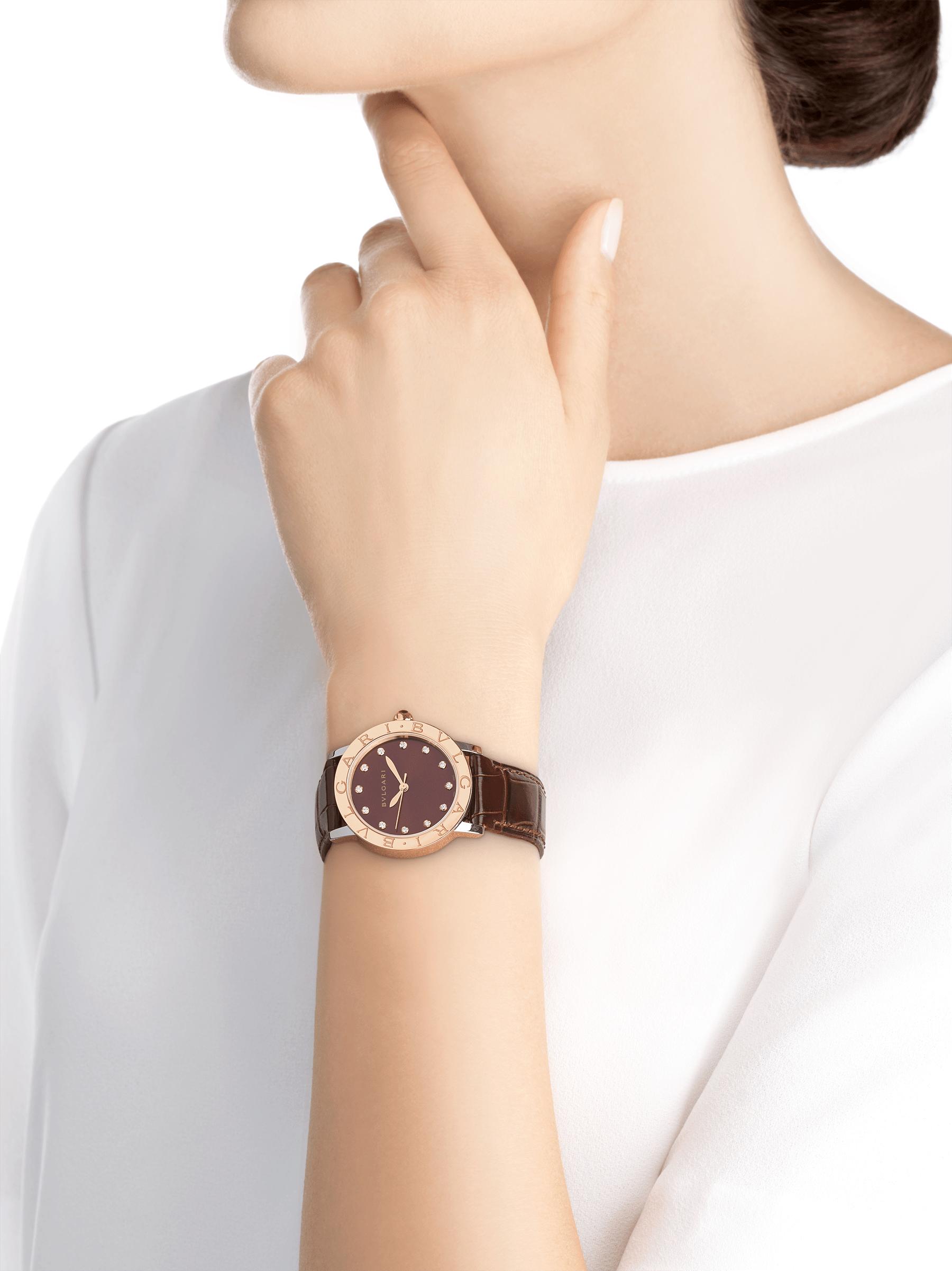 Relógio BVLGARIBVLGARI com caixa em aço inoxidável, bezel em ouro rosa 18K, mostrador laqueado acetinado marrom soleil, índices de diamante dourados e pulseira em couro de jacaré marrom escuro brilhante 102742 image 4