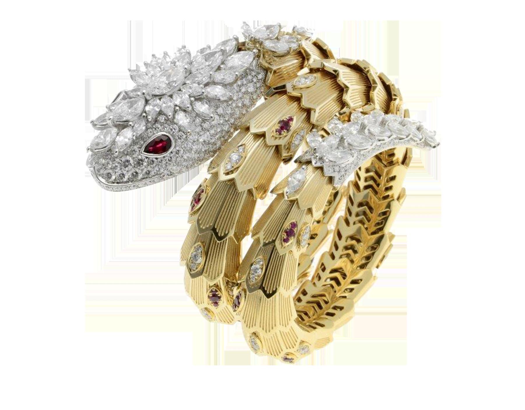 Enroscada en la muñeca con seductor esplendor, la pulsera Serpenti brilla con los destellos de su corona de diamantes y sus preciosos ojos de rubí. 260562 image 1