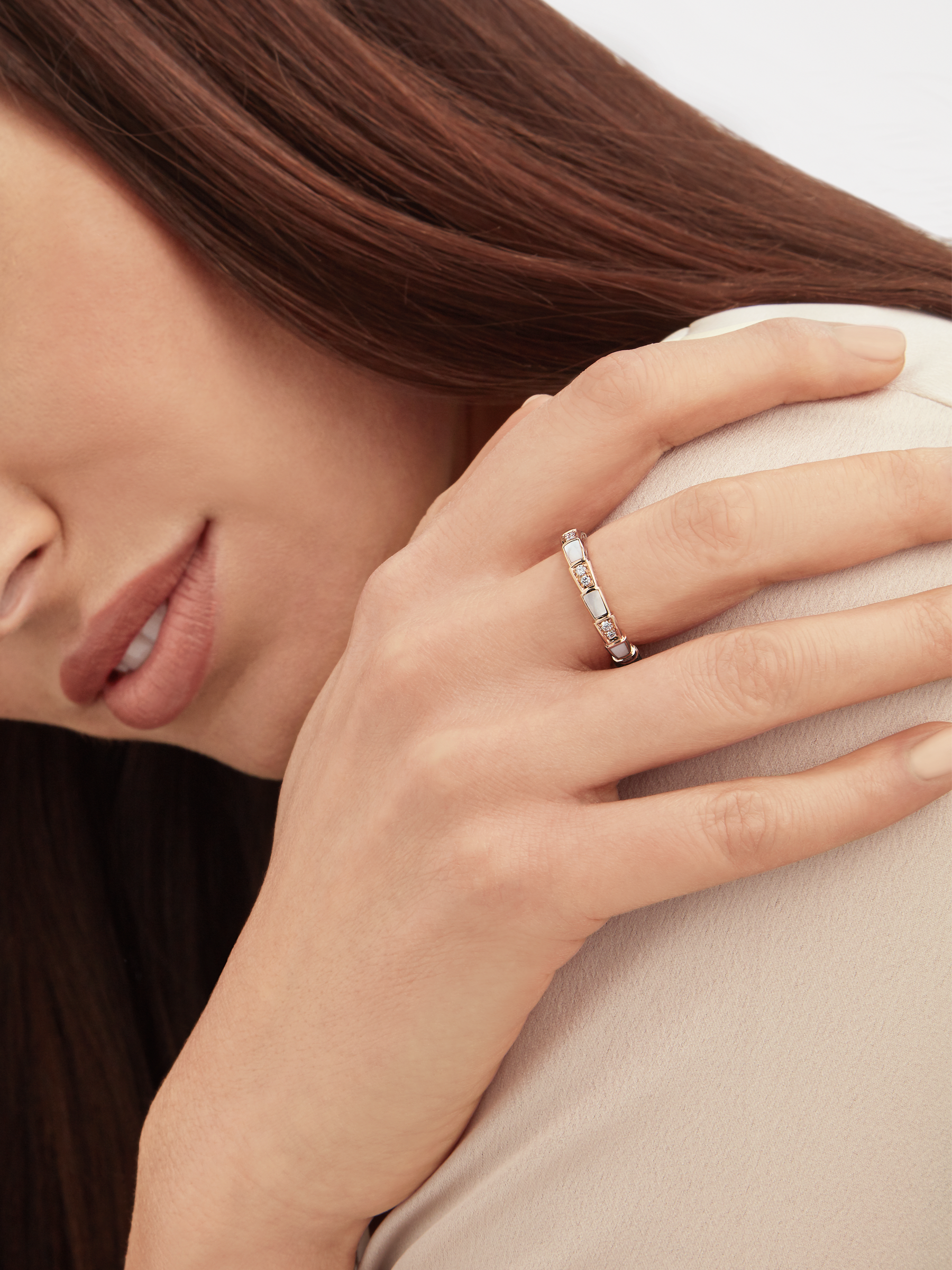 Serpenti Viper band ring in 18 kt rose gold, set with mother of pearl elements and pavé diamonds. AN858042 image 3