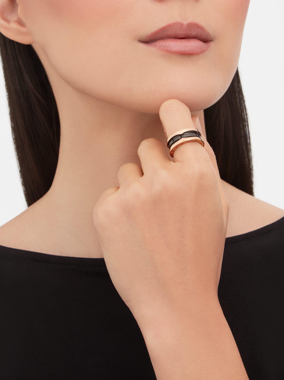 B.zero1 雙環戒指,外環為 18K 玫瑰金,螺旋為黑色陶瓷。 B-zero1-2-bands-AN855962 image 2