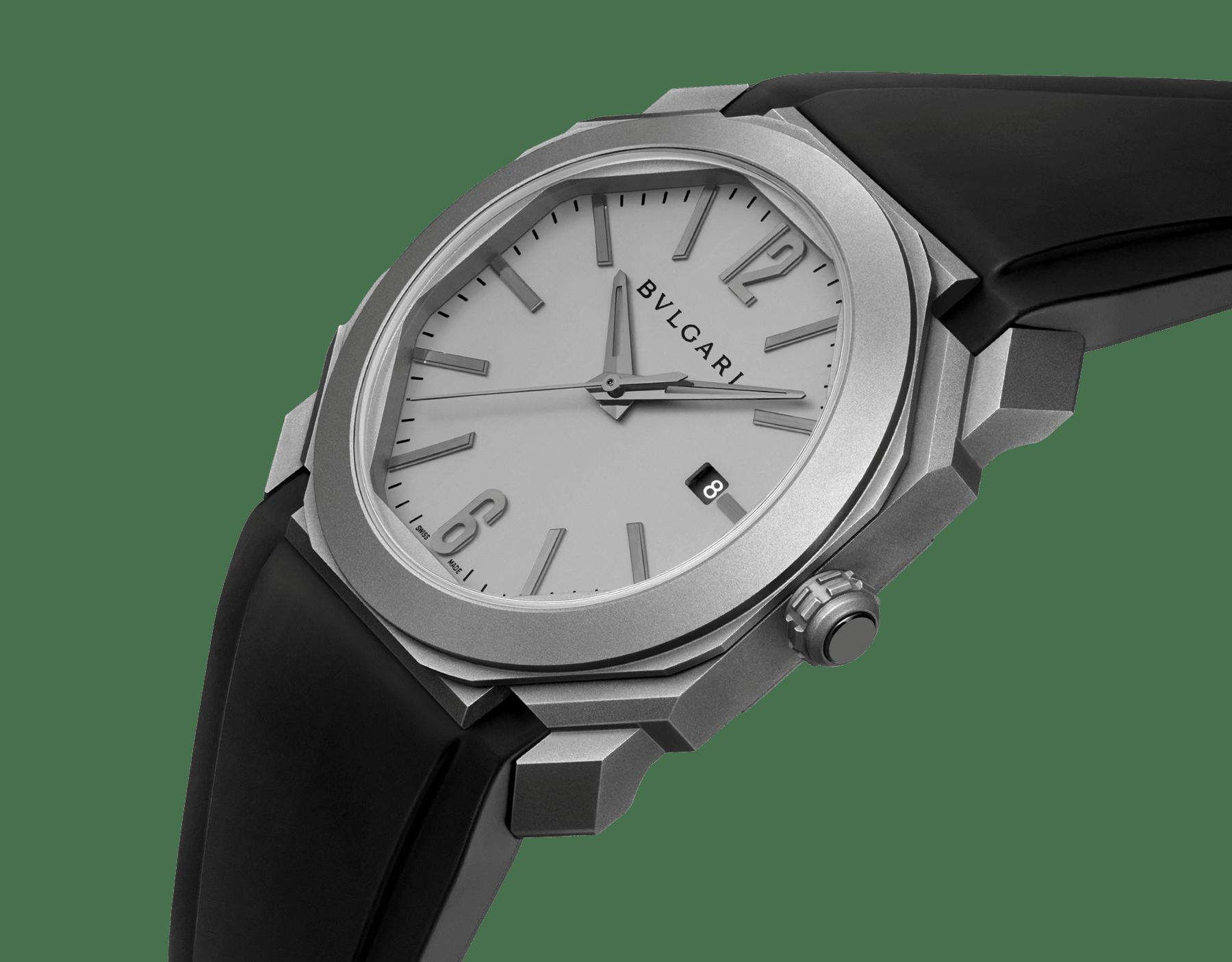 Octo L'Originale Uhr mit mechanischem Manufakturwerk, Automatikaufzug, Datumsanzeige mit augenblicklichem Datumswechsel, Gehäuse und Zifferblatt aus Titan und schwarzem Kautschukarmband 102858 image 2