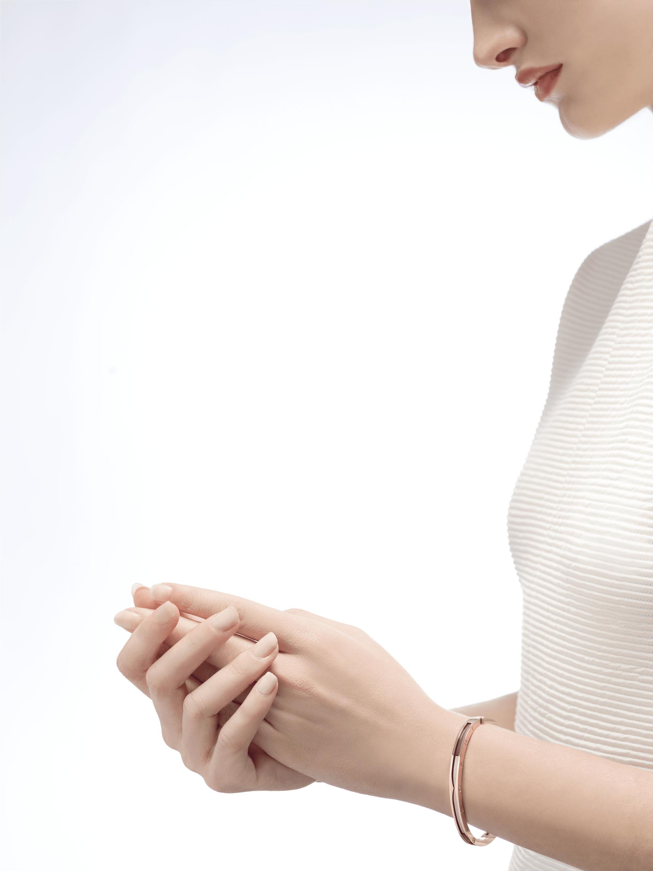 Com a icônica espiral levada ao limite, o delicado e sexy bracelete B.zero1 revela seu espírito contemporâneo através de fluidez geométrica e justaposição de materiais não convencionais. BR857618 image 3
