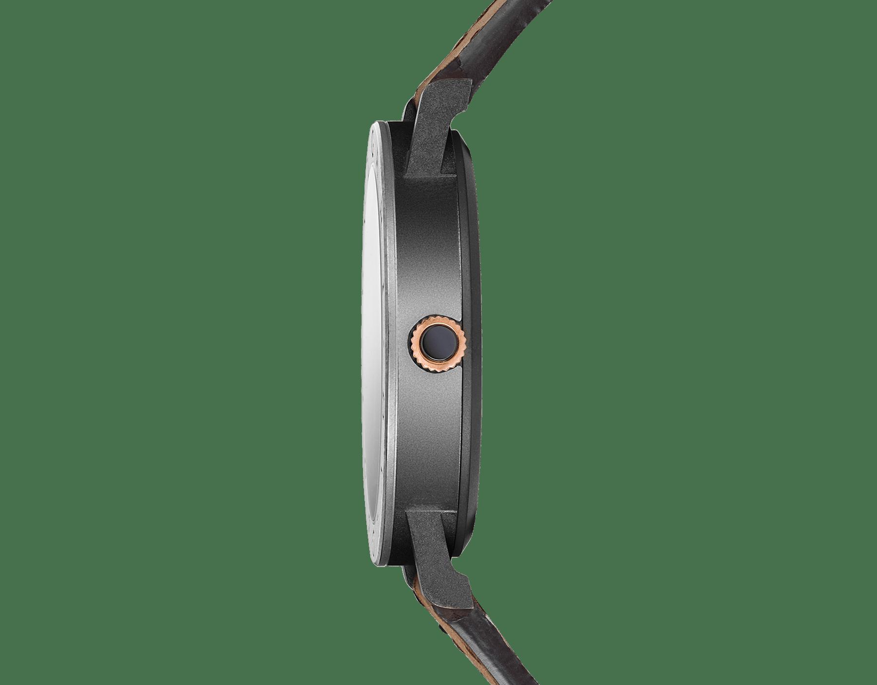 """ساعة """"بولغري بولغري سيتيز سبيشل إيديشن، ROMA"""" بآلية حركة ميكانيكية مصنّعة من قبل بولغري، تعبئة أوتوماتيكية، آلية BVL 191.، علبة الساعة من الفولاذ المعالج بالكربون الأسود الشبيه بالألماس مع نقش """"BVLGARI ROMA"""" على إطار الساعة، غطاء خلفي شفاف، ميناء مطلي بالمينا الأسود الخشن ومؤشرات الساعة من الذهب الوردي، سوار من جلد العجل البني، وسوار قابل للتبديل من المطاط الأسود. 103219 image 5"""