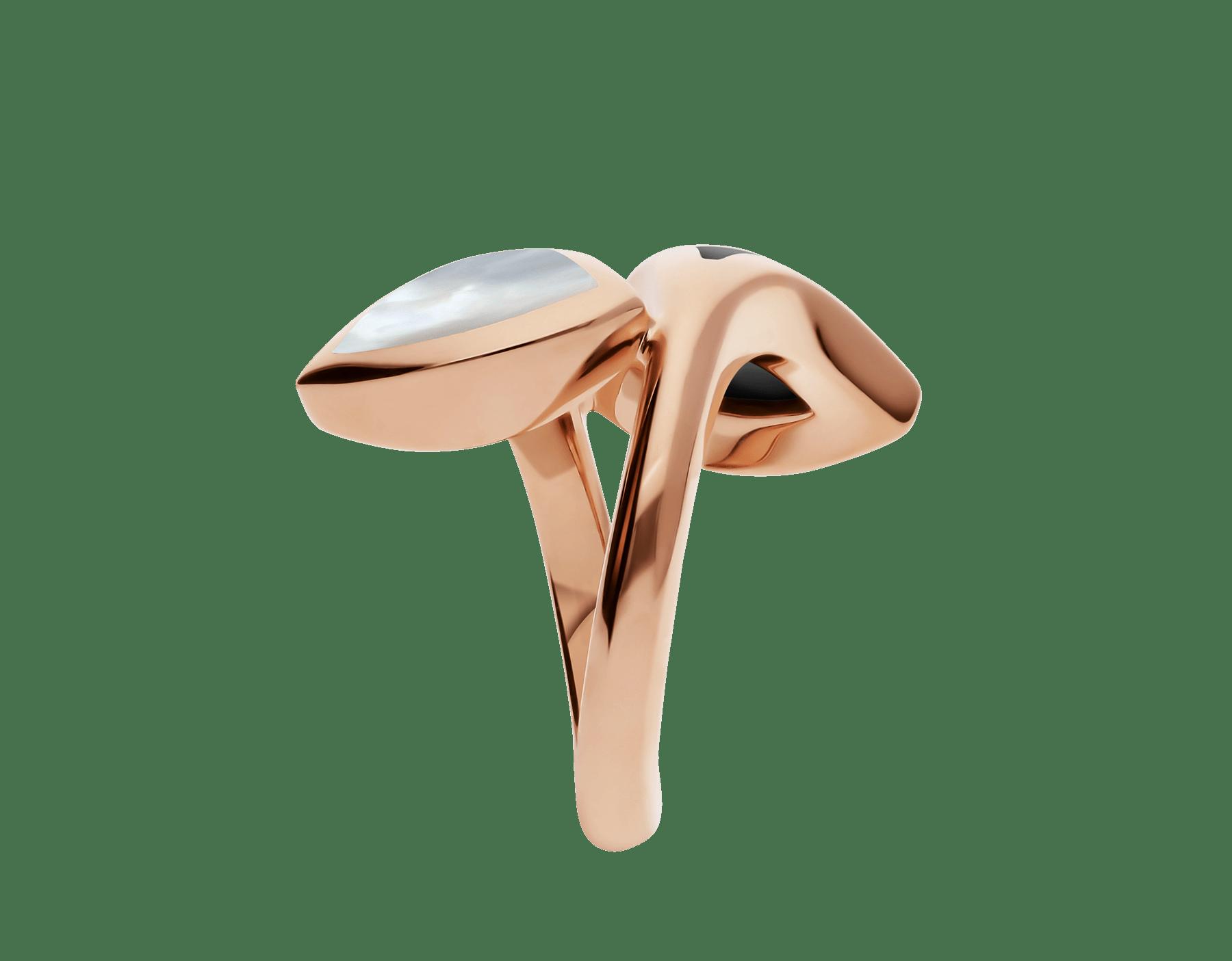 Anillo B.zero1 de cuatro bandas con dos aros en oro rosa de 18 qt con pavé de diamantes en los bordes y una espiral de cerámica blanca. AN857049 image 3
