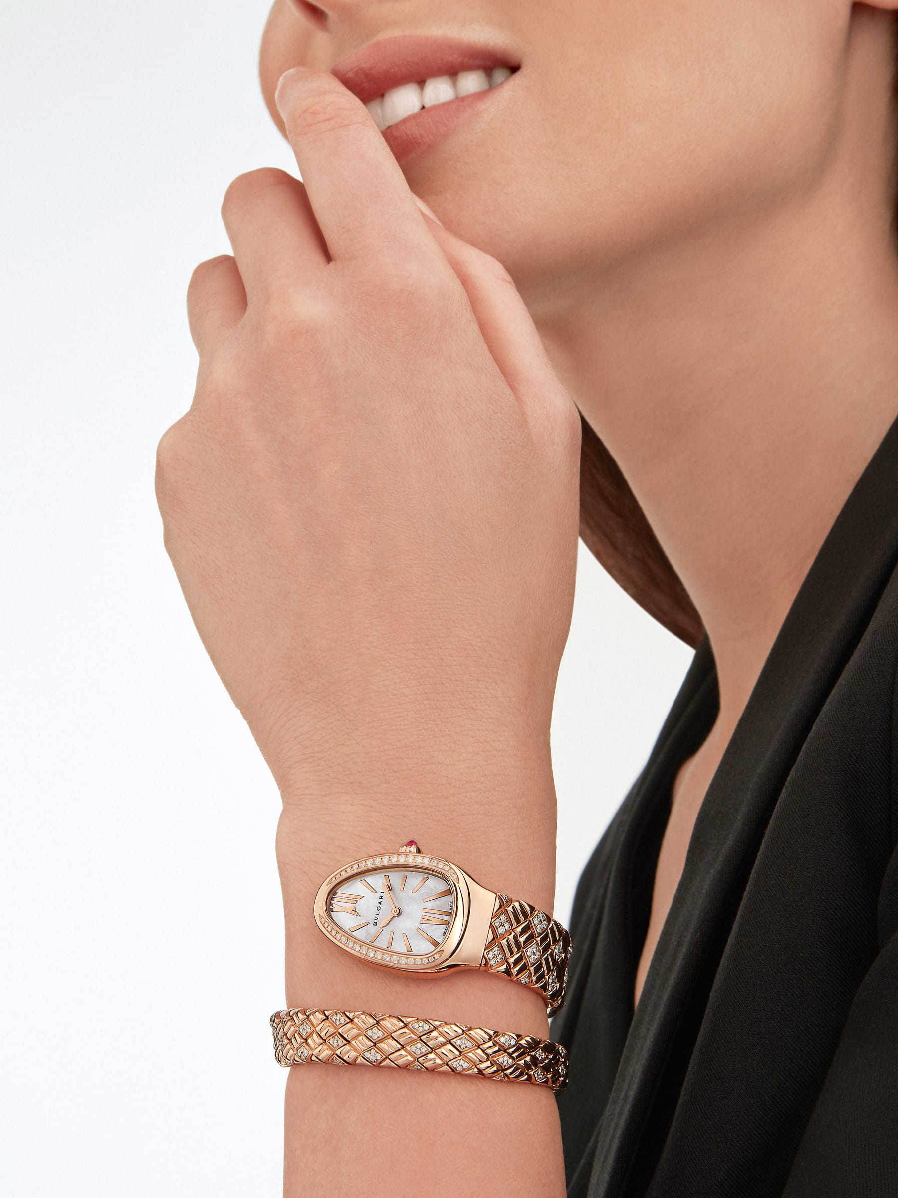 Serpenti Spiga single-spiral watch with 18 kt rose gold case and bracelet set with diamonds, and white mother-of-pearl dial 103250 image 4