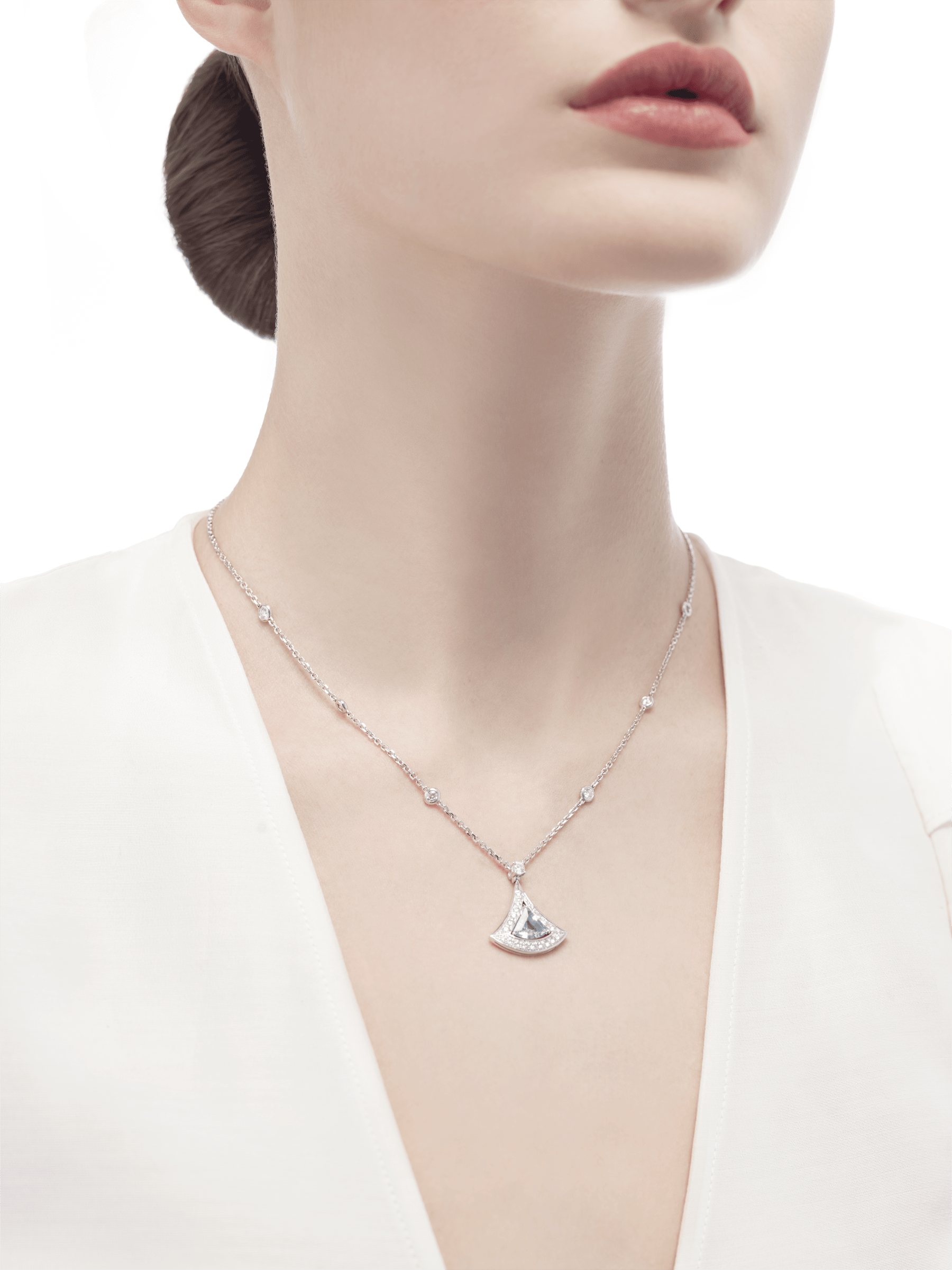 DIVAS' DREAM openwork necklace with 18 kt white gold chain set with diamonds and 18 kt white gold pendant with an aquamarine and set with pavé diamonds. 354052 image 3
