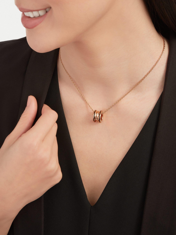 B.zero1 Rock 項鍊,搭配 18K 玫瑰金項墜,螺旋飾以鉚釘,外緣鑲飾黑色陶瓷。18K 玫瑰金鍊帶。 358054 image 2