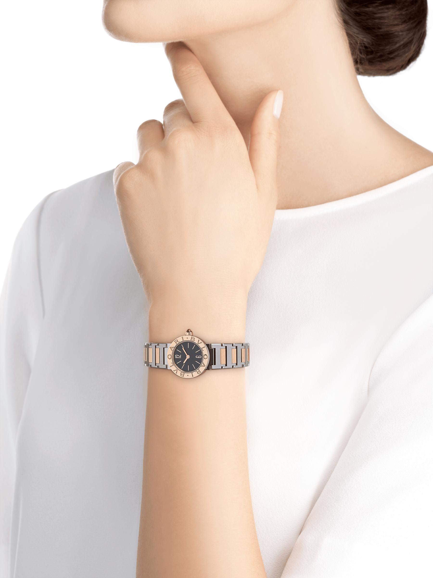 Relógio BVLGARI BVLGARI LADY com caixa em aço inoxidável, bezel em ouro rosa 18K gravado com o logotipo duplo, mostrador preto laqueado e pulseira em ouro rosa 18K e aço inoxidável 102944 image 3