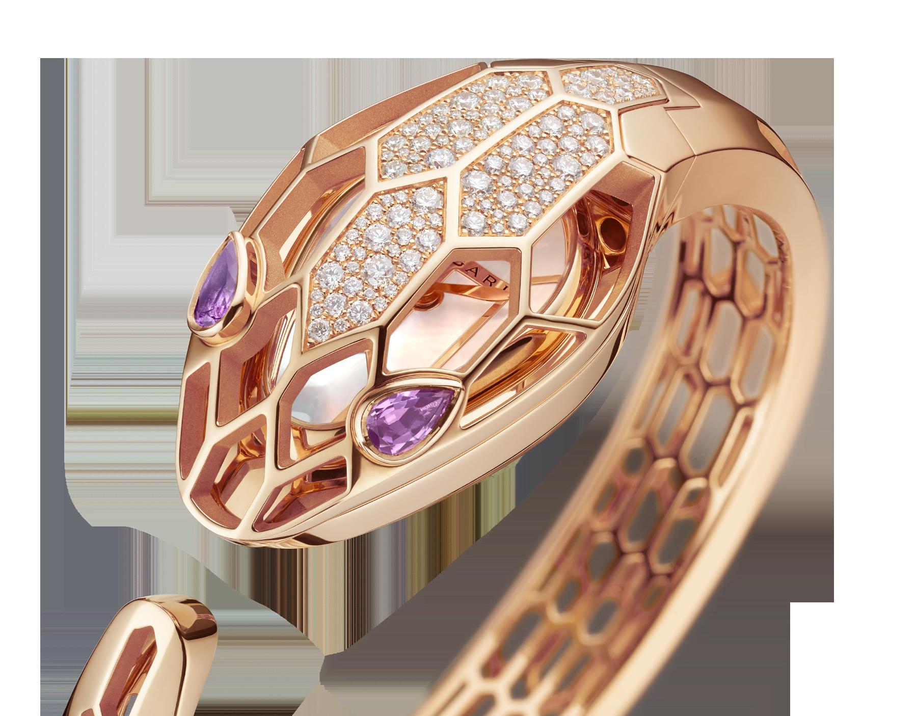 Serpenti Misteriosi Secret 腕錶,18K 玫瑰金鏤空錶殼鑲飾圓形明亮型切割鑽石,白色珍珠母貝錶盤,18K 玫瑰金鏤空手鐲式錶帶,蛇眼鑲飾梨形紫水晶。M 尺寸。 SrpntMister-SecretWtc-rose-gold image 4