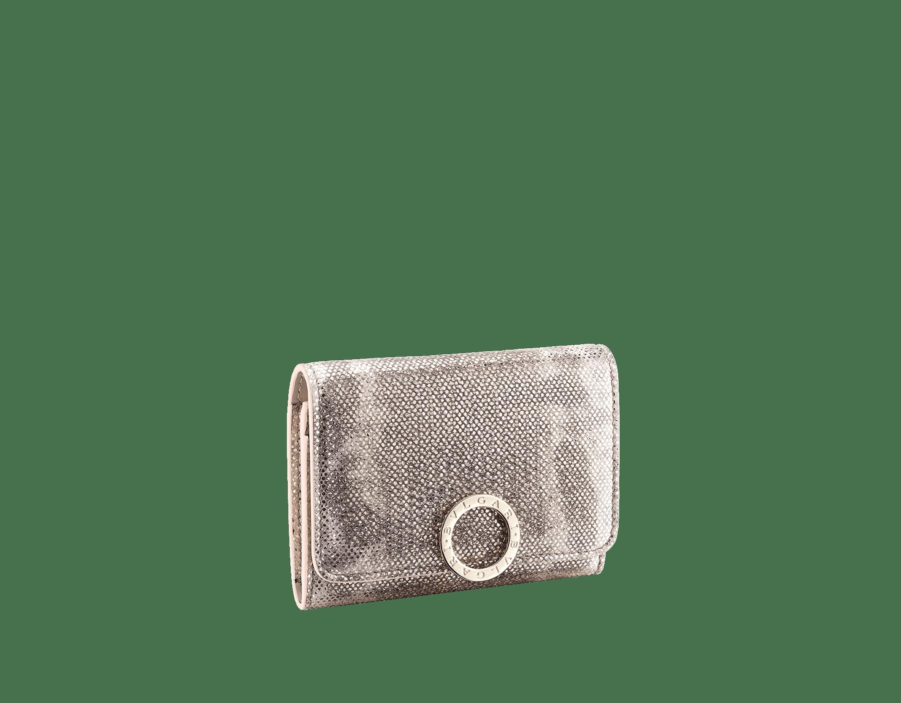 Porta-cartão de visita BVLGARIBVLGARI em couro karung opala-leitosa metálico e couro de novilho opala-leitosa, com napa coral-estrela-do-mar. Icônico fecho de clipe com logotipo em metal banhado a ouro claro. 288282 image 1