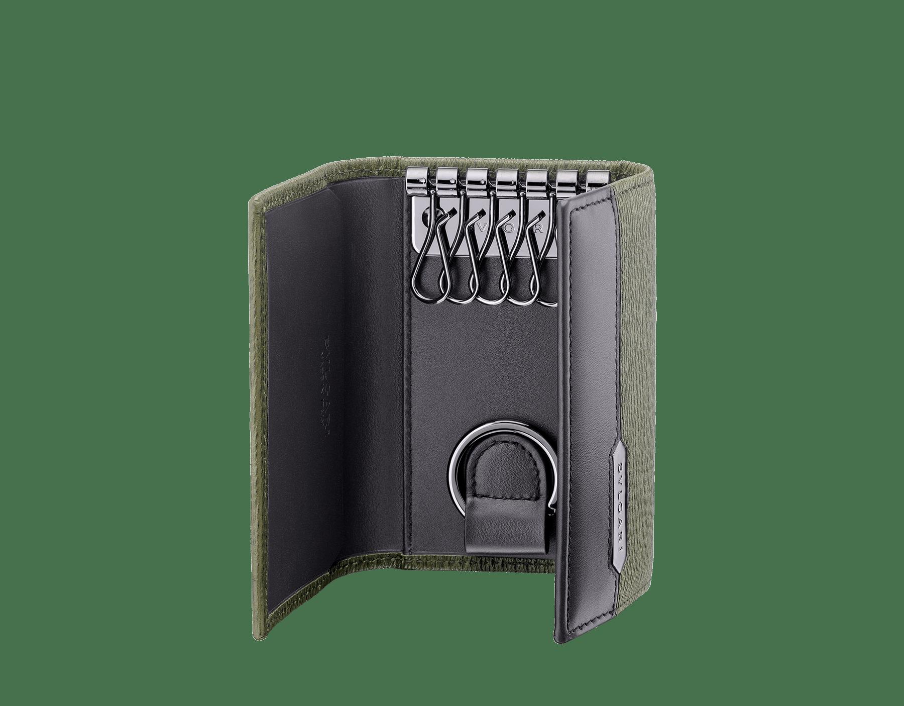 ミメティックジェイドのグレイズドカーフレザー、およびブラックのカーフレザー製「セルペンティ スカリエ マン」キーホルダー。ヘビのうろこをモチーフとしたヘキサゴナルなメタルプレートにブルガリのロゴをエングレーヴィング。プレートはダークルテニウム仕上げ。 581-KEYHOLDER-CAR image 2