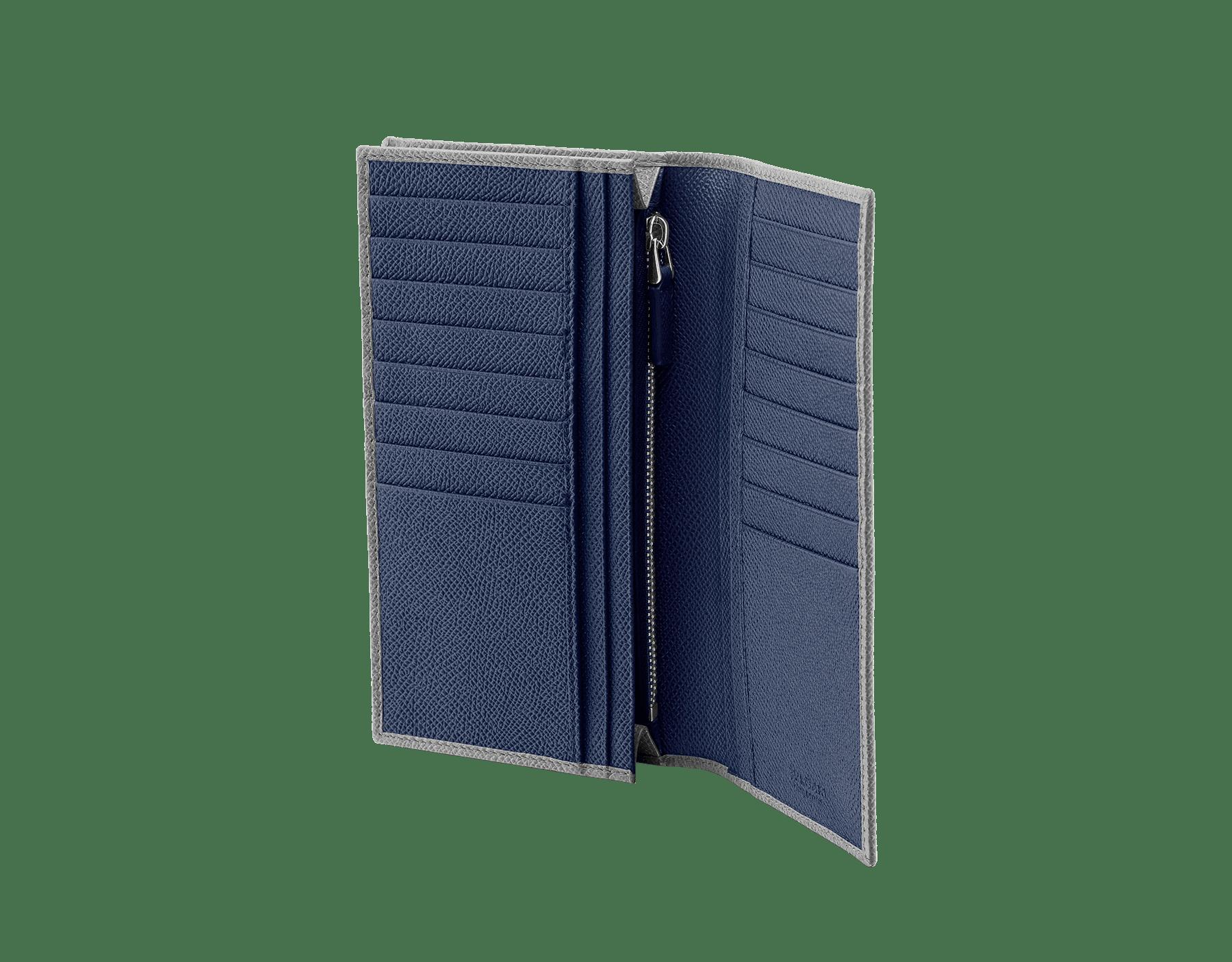 プルトストーングレーとデニムサファイアブルーのグレインカーフレザー製「ブルガリ・ブルガリ」ラージウォレット。 パラジウムプレートブラス製のアイコニックなロゴの装飾。 BBM-WLT-Y-ZP-16C-gcl image 2
