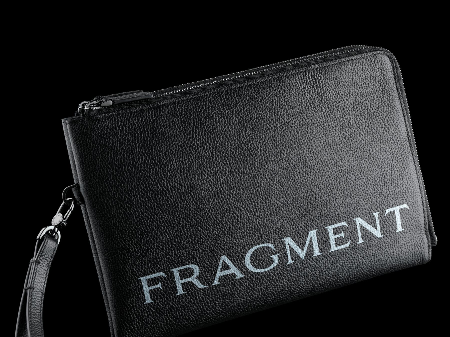 ブラックグレインカーフレザーとブラックスムースカーフレザーを使用した「FRAGMENT X BVLGARI by Hiroshi Fujiwara」クラッチバッグ。ウルトラブラックルテニウムプレートブラス製金具、「BVLGARI」と「FRAGMENT」のホワイトロゴプリント。 CLUTHBAG-FUJI3rd image 4