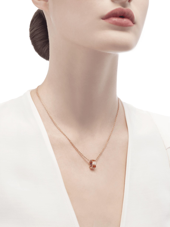 Collana Serpenti Viper con catena in oro rosa 18 kt e pendente in oro rosa 18 kt con elementi in corniola e semi-pavé di diamanti. 355088 image 4