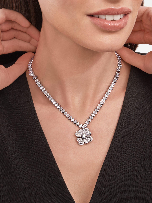 Fiorever 18K 白金項鍊,鑲飾 1 顆主鑽(0.70 克拉)和密鑲鑽石。 357377 image 4