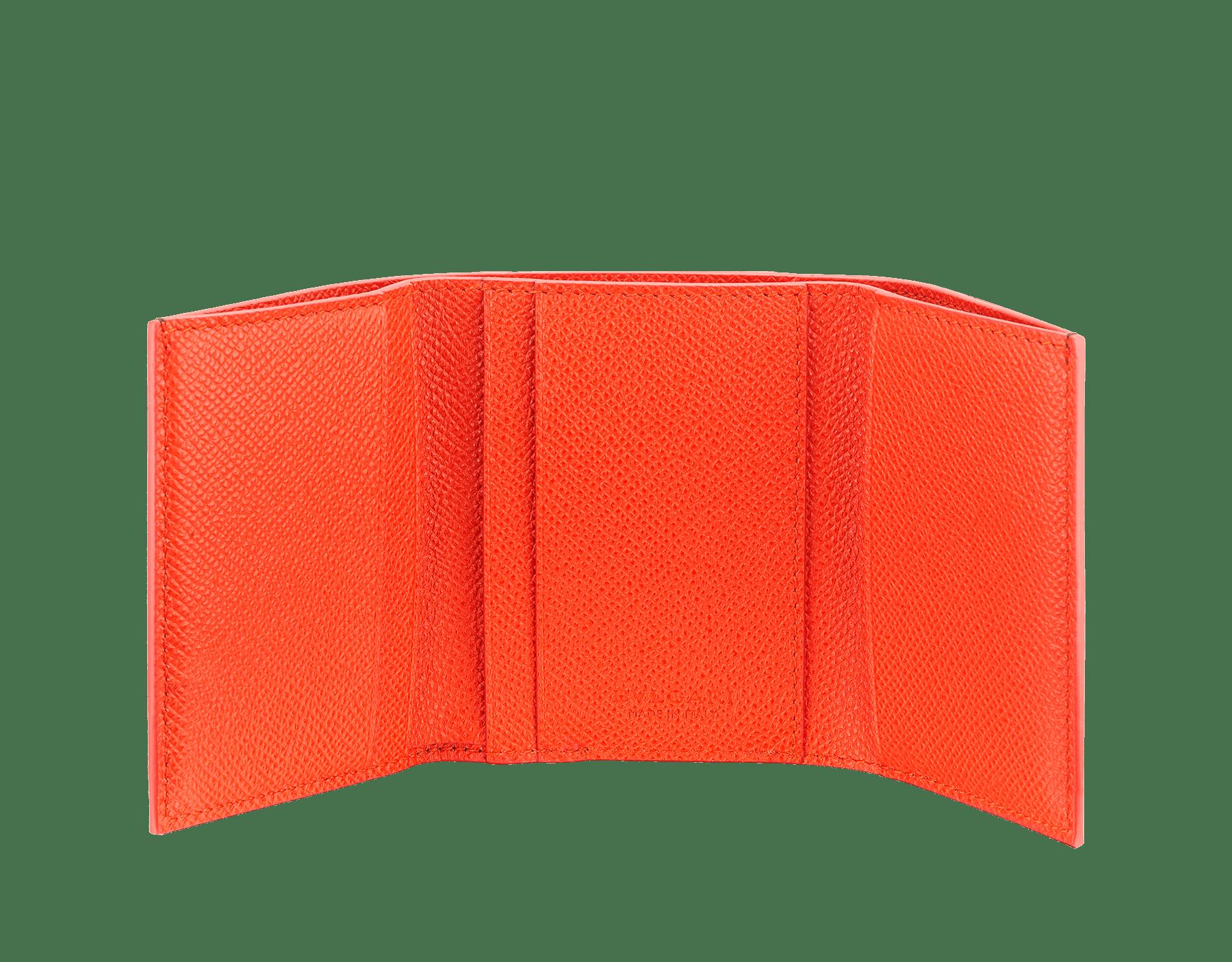 Cartera compacta BVLGARI BVLGARI en piel de becerro granulada color jade y ámbar fuego. Cierre de clip en latón bañado en rutenio con el emblemático logotipo. 289864 image 2
