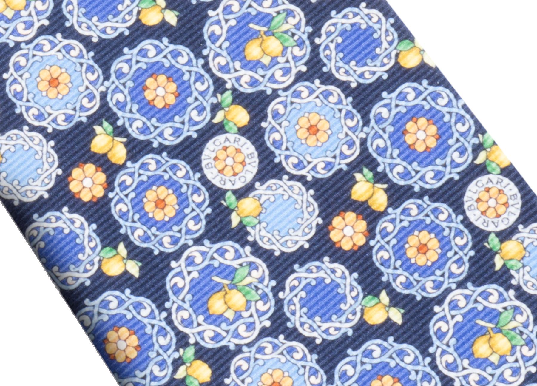"""Siebenfach gefaltete marineblaue Krawatte mit """"Lemon Capri""""-Muster aus feiner, bedruckter Saglione-Seide. 244166 image 2"""