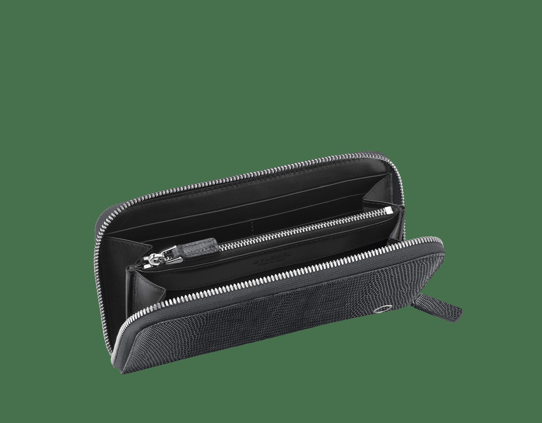 Großes BVLGARI BVLGARI Portemonnaie mit Reißverschluss aus glänzendem Eidechsenleder in Charcoal Diamond Grau und schwarzem Kalbsleder. Ikonischer Logodekor aus palladiumbeschichtetem Messing. BBM-WLT-M-ZIP-SL image 2