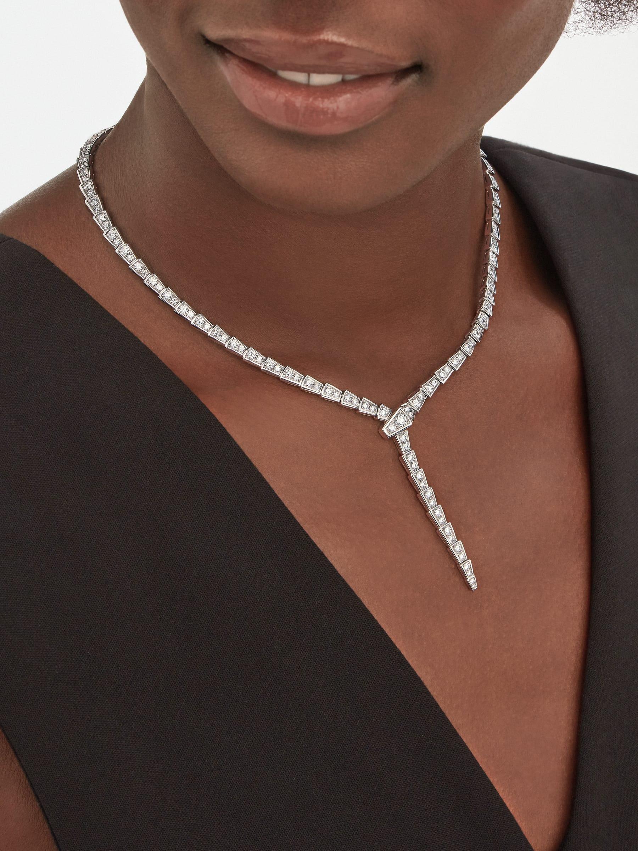 宛如蛇一般柔軟和性感,Serpenti Viper 項鍊在胸口散放光彩,輕薄精細的蛇鱗飾以密鑲鑽石,珍貴蛇尾呈現動人曲線。 351090 image 1