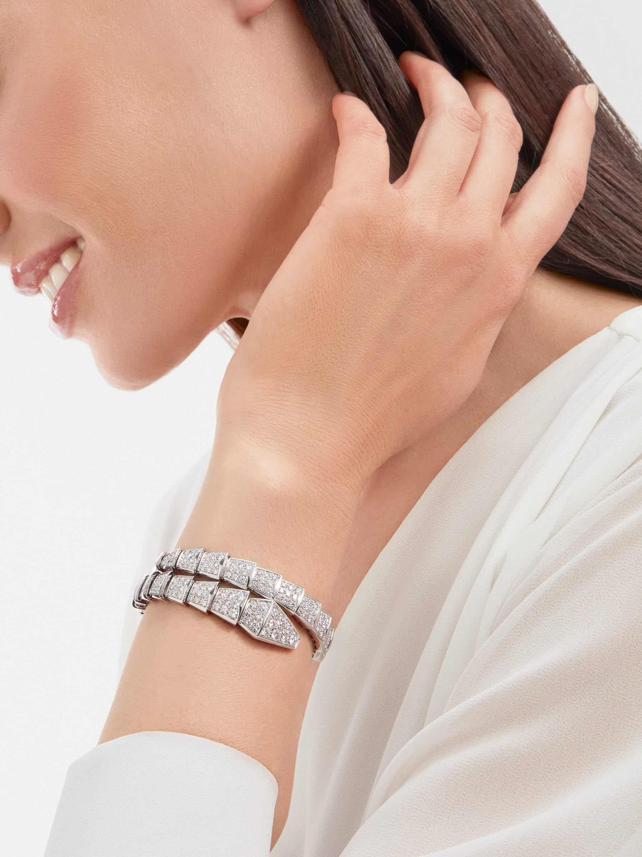 Serpenti Viper one-coil bracelet in 18 kt white gold, set with full pavé diamonds. BR855231 image 4