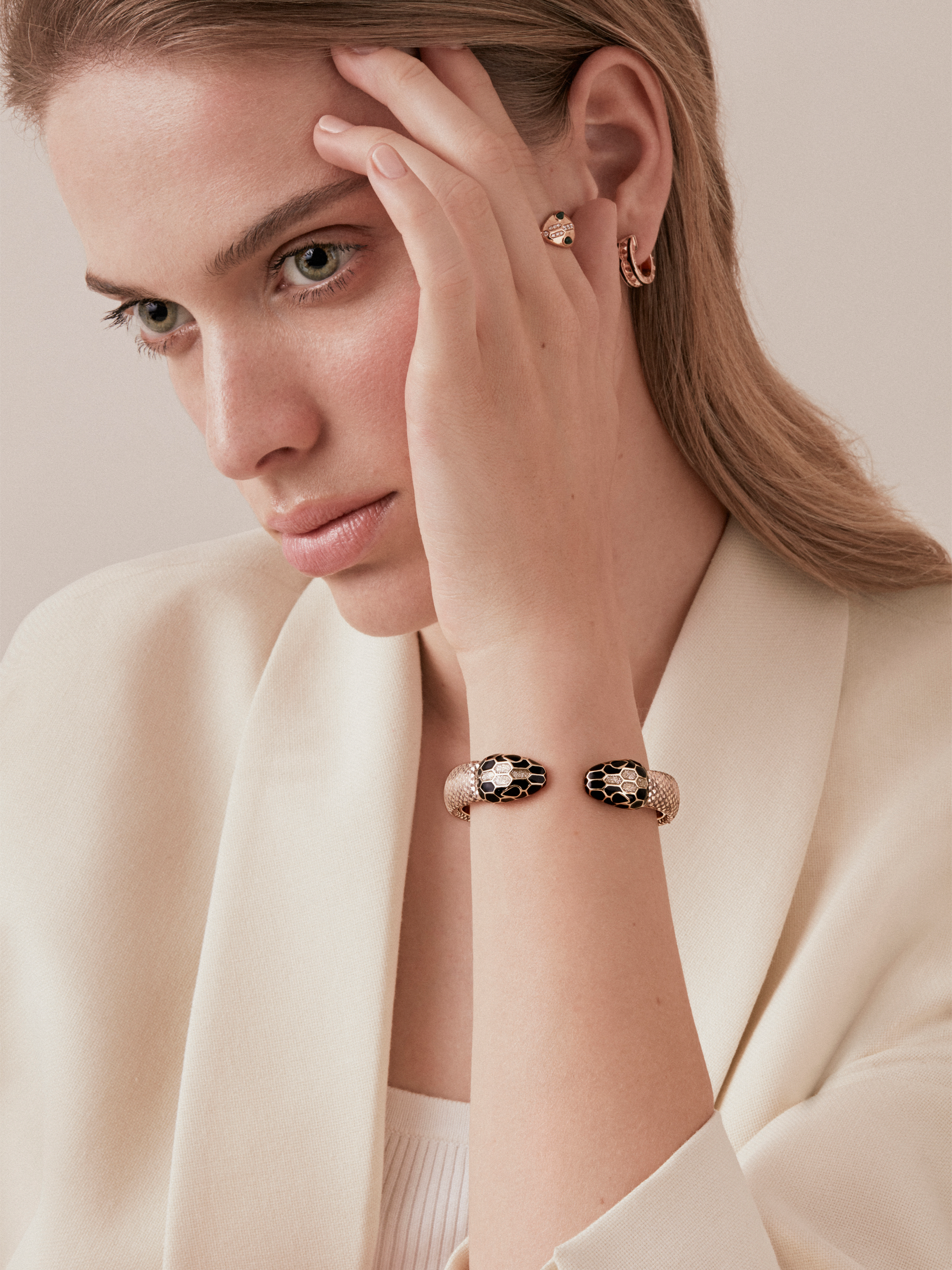 Serpenti Forever bangle bracelet in milky opal metallic karung skin, with brass light gold plated hardware. Iconic contraire snakehead décor in black and glitter milky opal enamel, with black enamel eyes. 288377 image 2