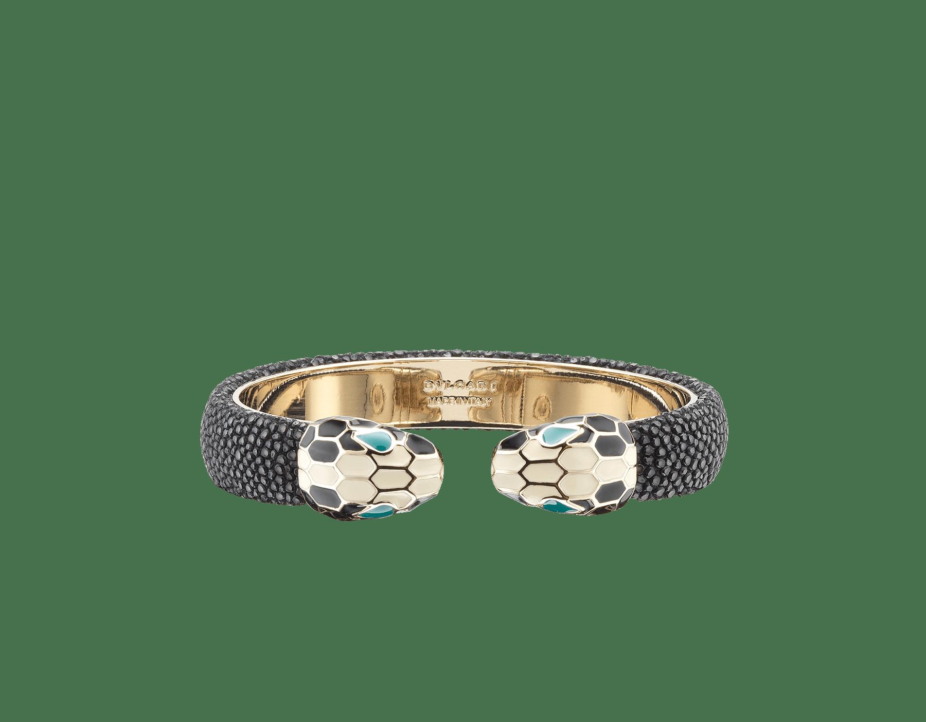 Bracelet en galuchat noir avec fermoir Serpenti renversé emblématique en laiton doré et émail noir et blanc avec yeux en émail malachite. 283176 image 1