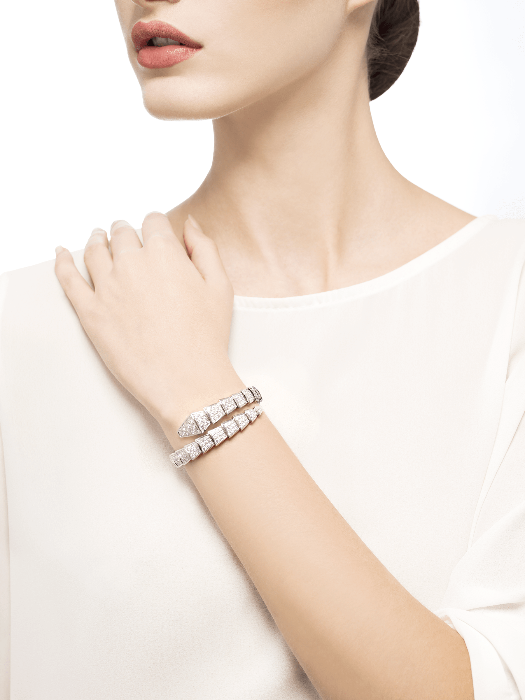 Serpenti one-coil bracelet in 18 kt white gold, set with full pavé diamonds. BR855231 image 4
