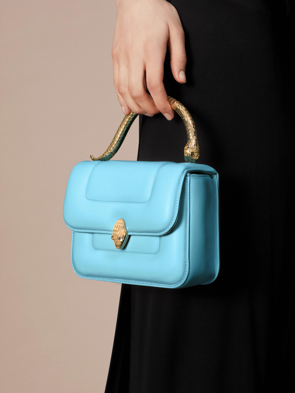 Mary Katrantzou x Bvlgari 手提包,採用柔軟的 Aegean Toapz 藍色絎縫納帕軟面皮,Aegean Toapz 藍色納帕軟面皮襯裡。新式金色黃銅 Serpenti 蛇頭扣環,誘人蛇眼鑲飾水晶。特別版包款。 MK-1142 image 6