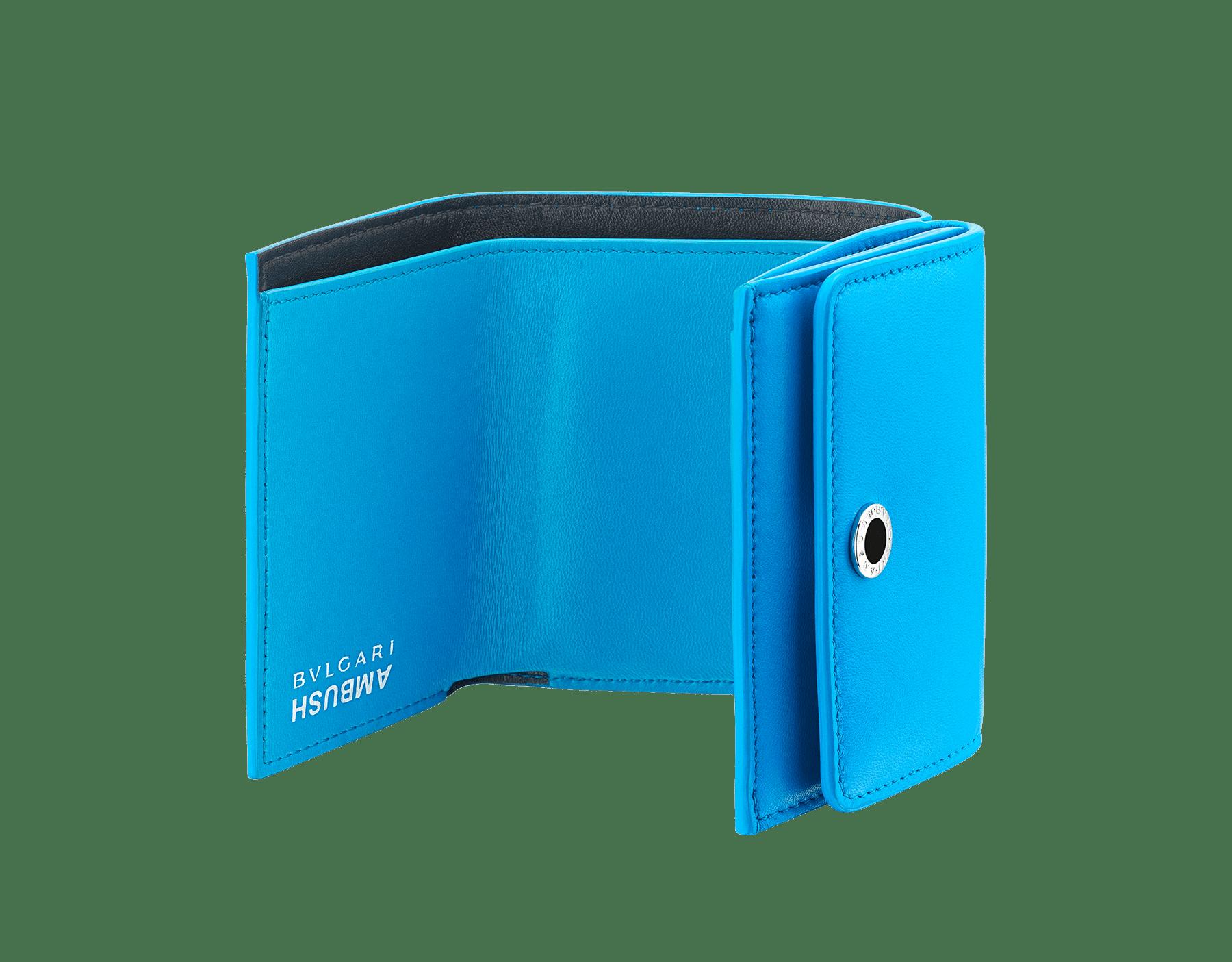 Portefeuille compact mini modèle Ambush x Bvlgari en cuir nappa bleu vif. Motif BVLGARI AMBUSH en laiton plaqué palladium et émail noir d'un côté et imprimé logo BVLGARI AMBUSH de l'autre. Édition limitée. YA-MINICOMPACT image 2
