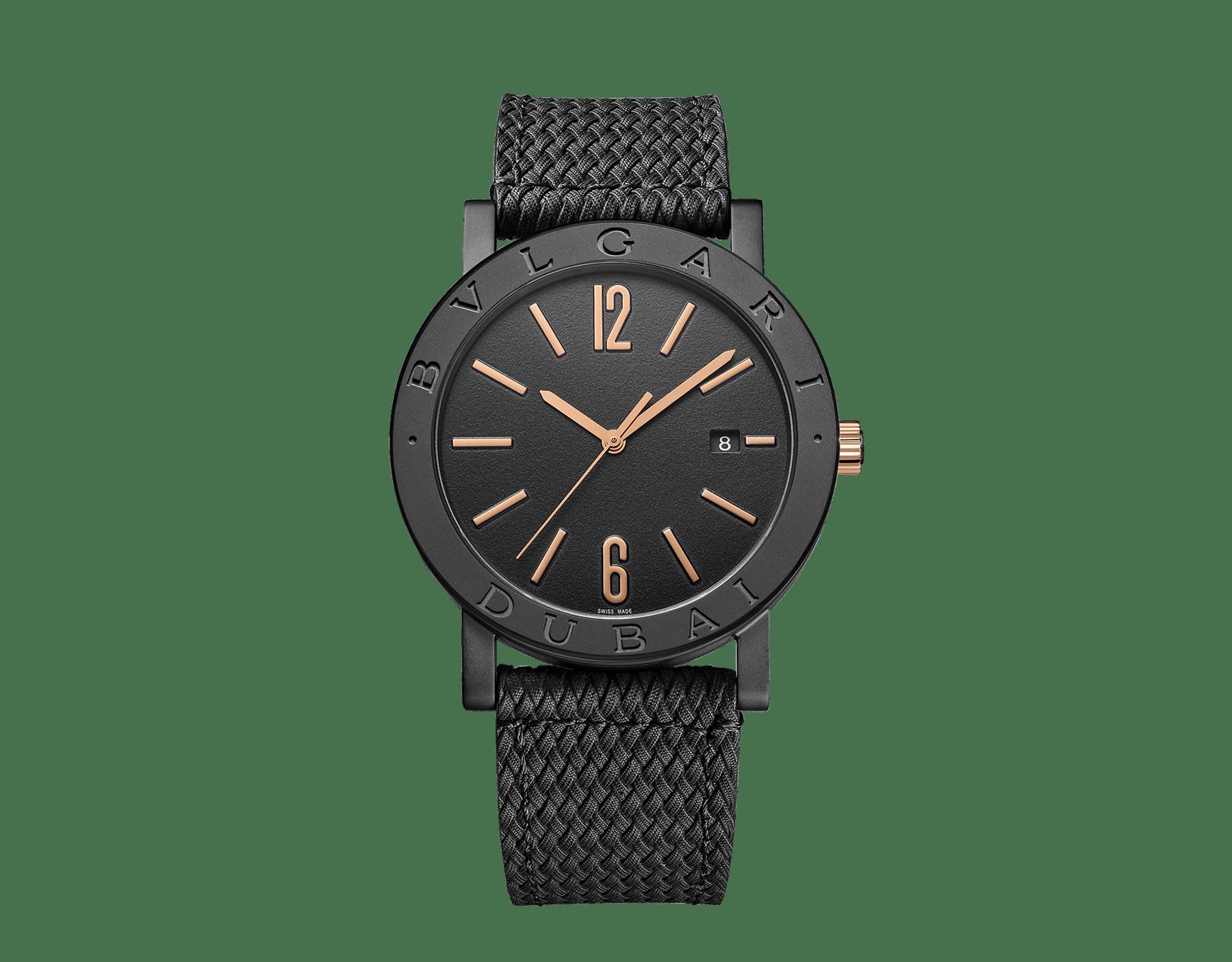 """ساعة """"بولغري بولغري سيتيز سبيشل إيديشن، DUBAI"""" بآلية حركة ميكانيكية مصنّعة من قبل بولغري، تعبئة أوتوماتيكية، آلية BVL 191.، علبة الساعة من الفولاذ المعالج بالكربون الأسود الشبيه بالألماس مع نقش """"BVLGARI DUBAI"""" على إطار الساعة، غطاء خلفي شفاف، ميناء مطلي بالمينا الأسود الخشن ومؤشرات الساعة من الذهب الوردي، سوار من جلد العجل البني، وسوار قابل للتبديل من المطاط الأسود. 103225 image 2"""