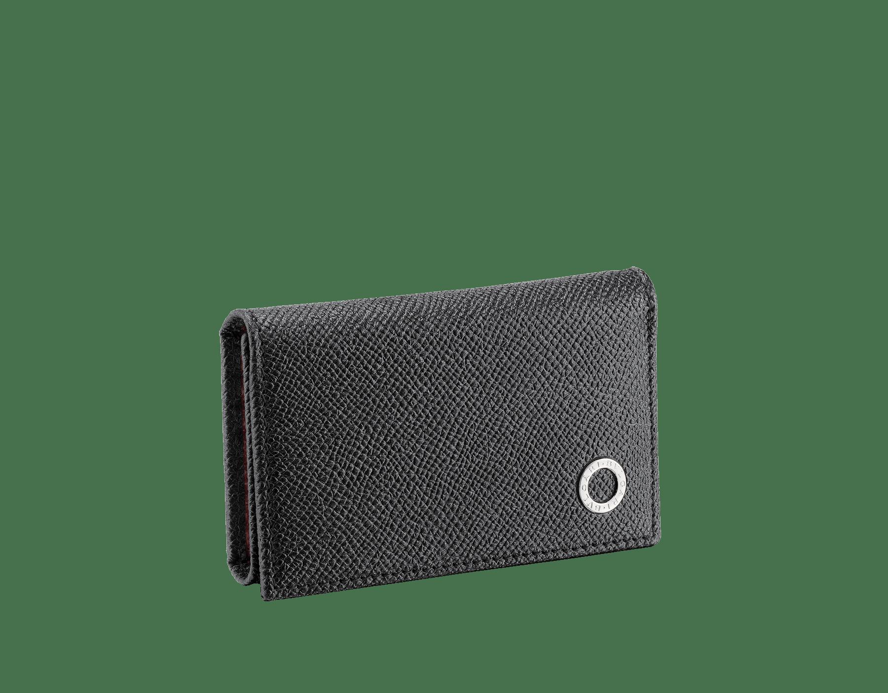 這款小鑰匙包採用黑色和寶石紅珠面小牛皮,飾以 BVLGARI BVLGARI 鍍鈀黃銅元素。 288305 image 1