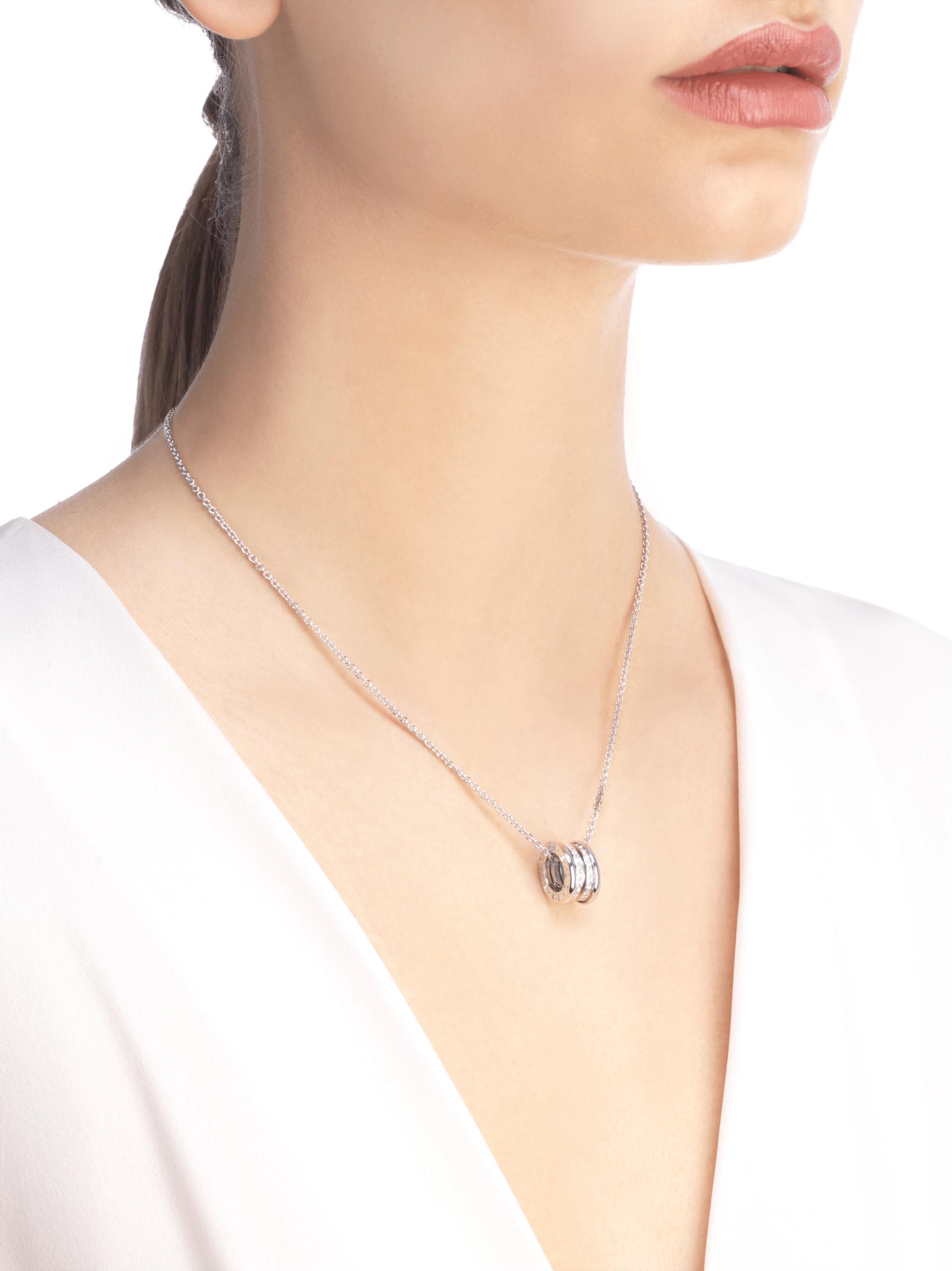 Con la emblemática espiral esculpida con un precioso pavé de diamantes alrededor de una cadena en oro blanco, el collar B.zero1 fusiona su distintivo diseño con la elegancia contemporánea. 352816 image 4