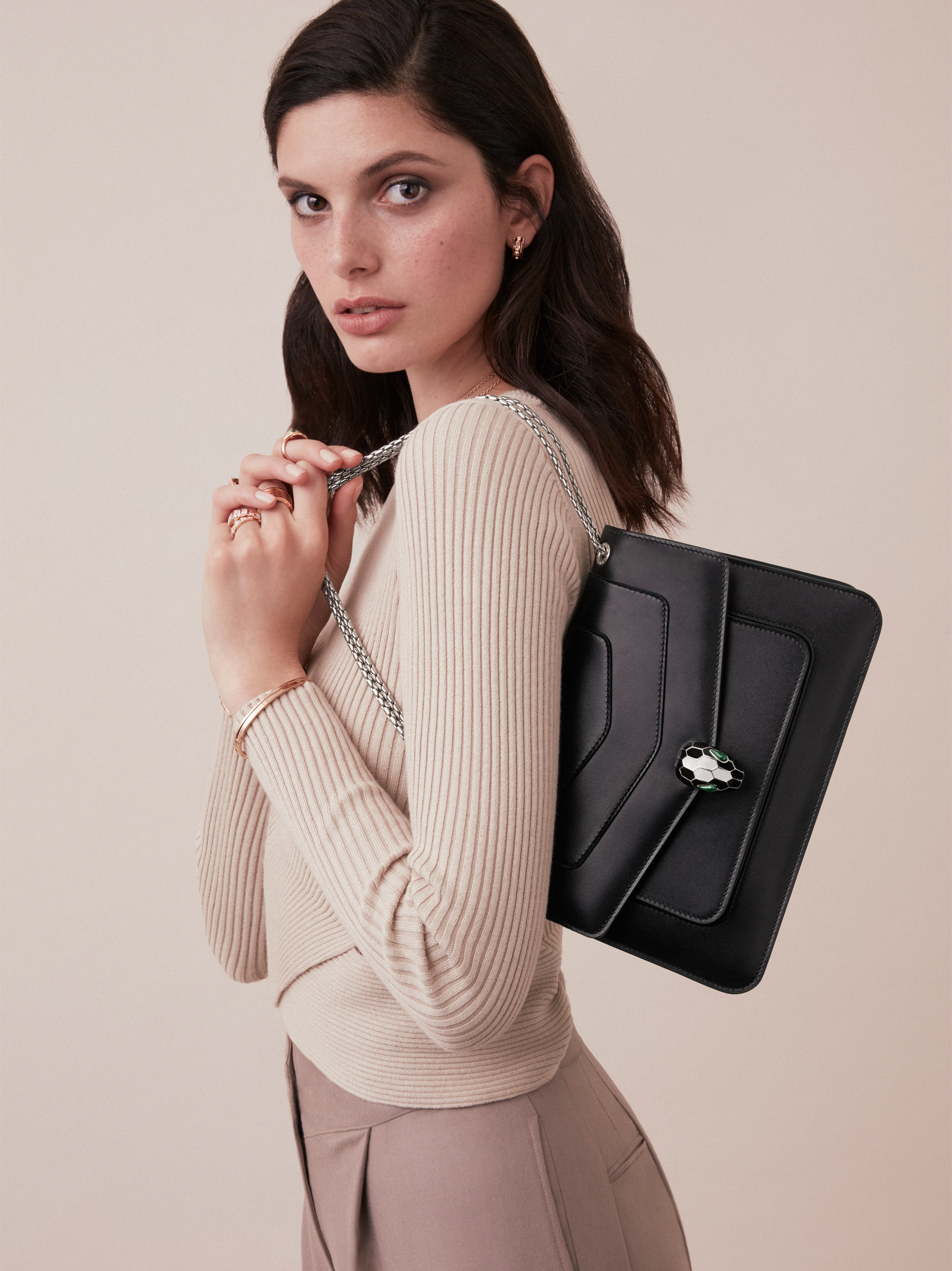 """""""Serpenti Forever"""" shoulder bag in black calf leather. Iconic snakehead closure in light gold-plated brass enhanced with black and white agate enamel and green malachite eyes. 1077-CL image 4"""