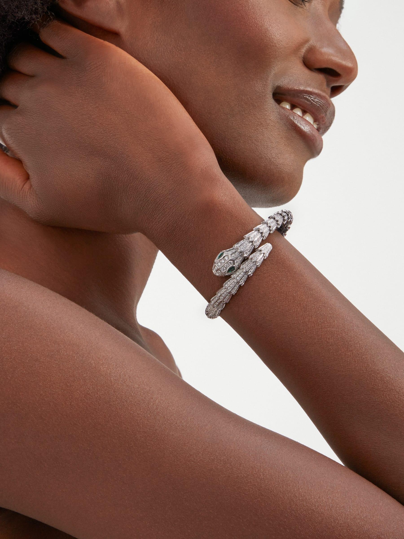 Serpenti Armband aus 18 Karat Weißgold mit Diamant-Pavé und zwei Augen aus Smaragden BR858734 image 1