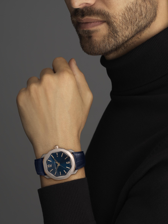 Montre Octo Roma avec mouvement mécanique de manufacture, remontage automatique, boîtier en acier inoxydable et or rose 18K, cadran bleu et bracelet en alligator bleu. Étanche jusqu'à 50mètres 103205 image 5