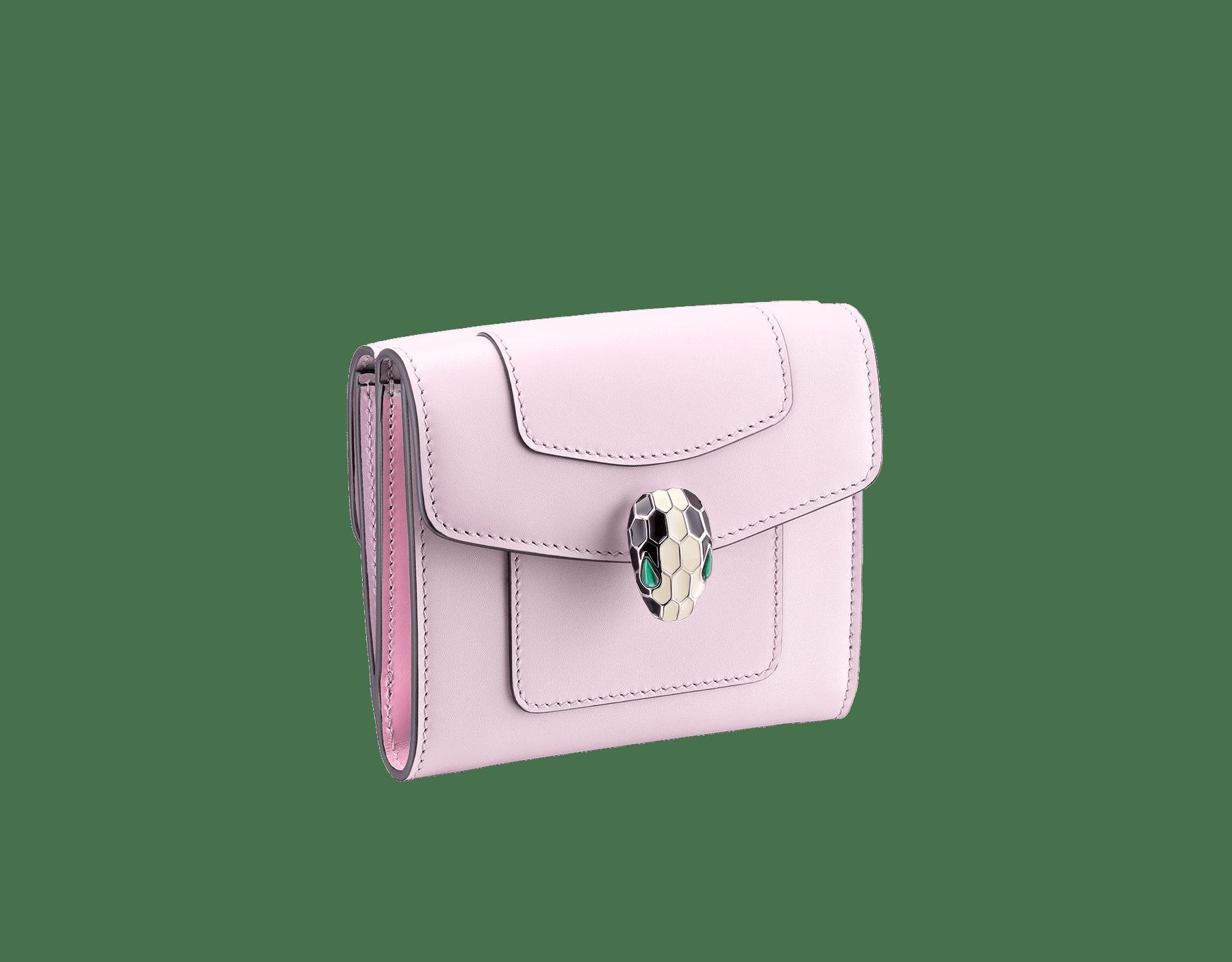 Portefeuille compact carré Serpenti Forever en cuir de veau couleur Sea Star Coral et Pink Spinel. Bijou Serpenti emblématique en émail noir et blanc avec yeux en malachite. SEA-WLT-COMPACT-3Fb image 1