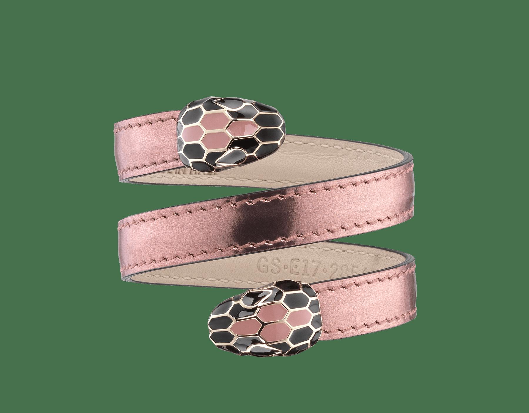 Bracelet Cleopatra multi-tours rigide en cuir de veau aspect métal brossé couleur rose quartz avec détails en laiton doré. Fermoir Serpenti double en émail couleur rose quartz et noir avec yeux en émail noir. 285455 image 1