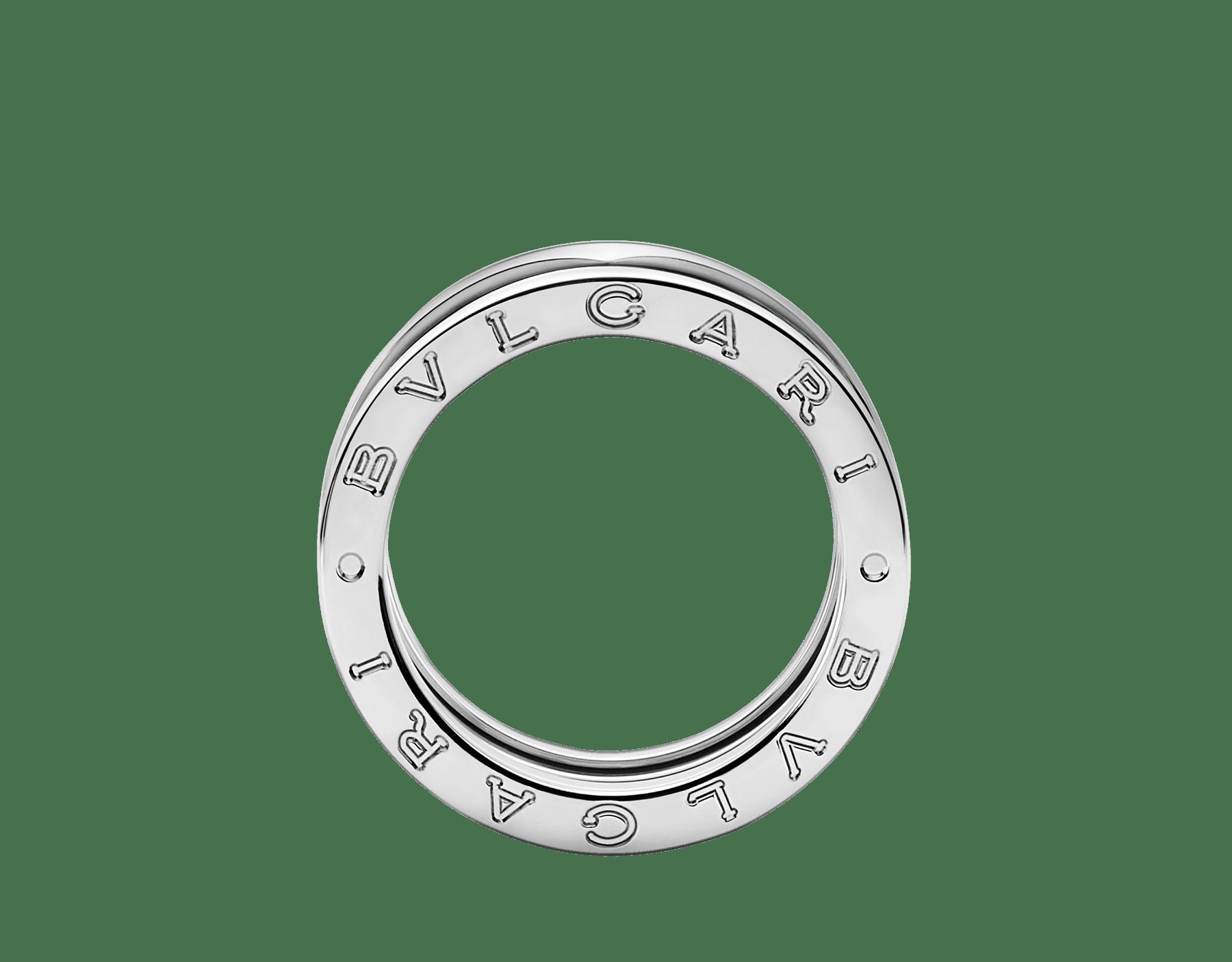 Das curvas fluidas de sua espiral em ouro branco ao caráter ousado de seus volumes, o design audacioso do anel B.zero1 revela o espírito carismático de um ícone da joalheria. B-zero1-3-bands-AN191024 image 2