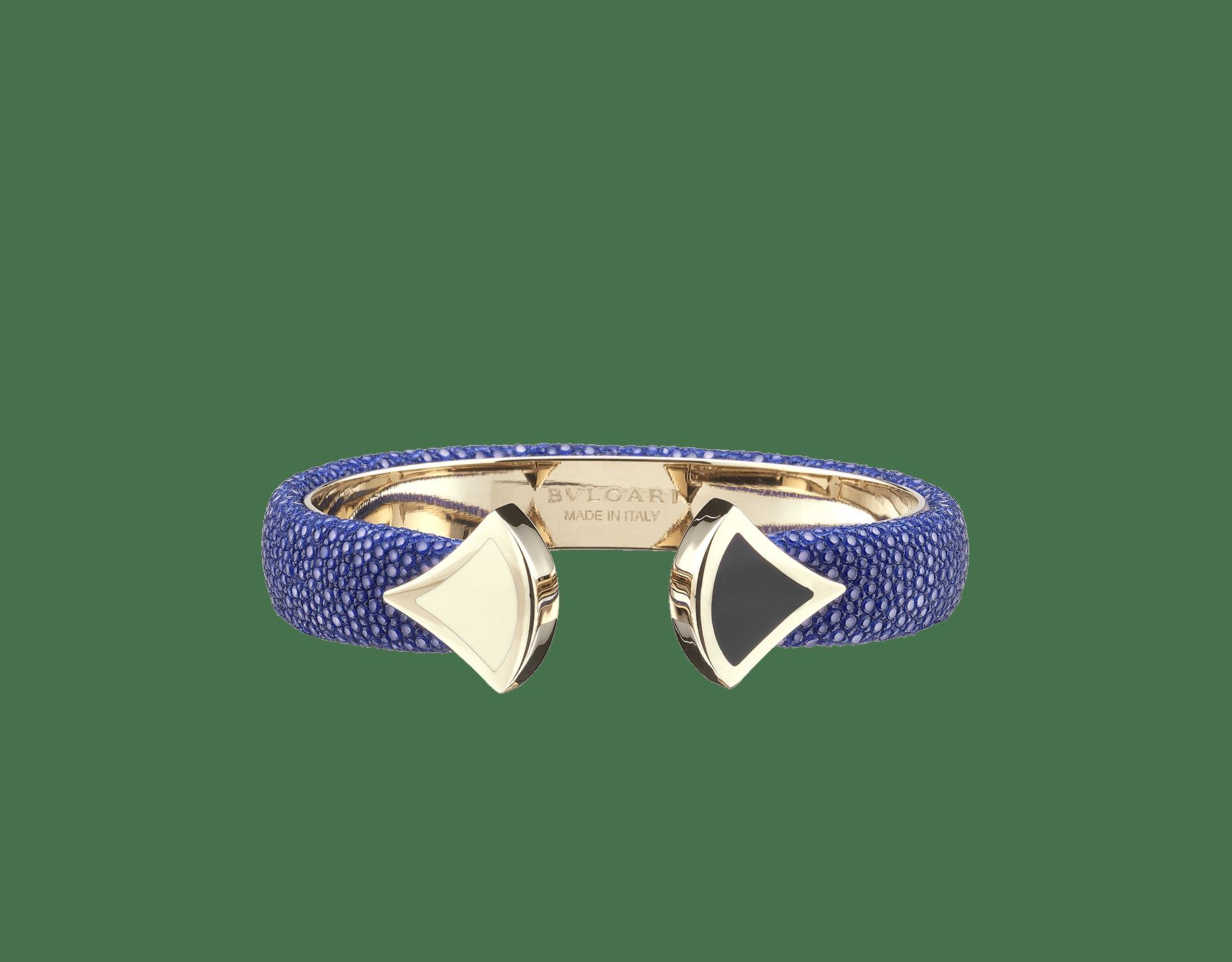 Pulsera de piel de galuchat color jade glicinia con emblemático cierre Contraire con motivo DIVAS' DREAM de latón bañado en oro claro y esmalte blanco y negro. DIVA-CONTRAIR-S image 2
