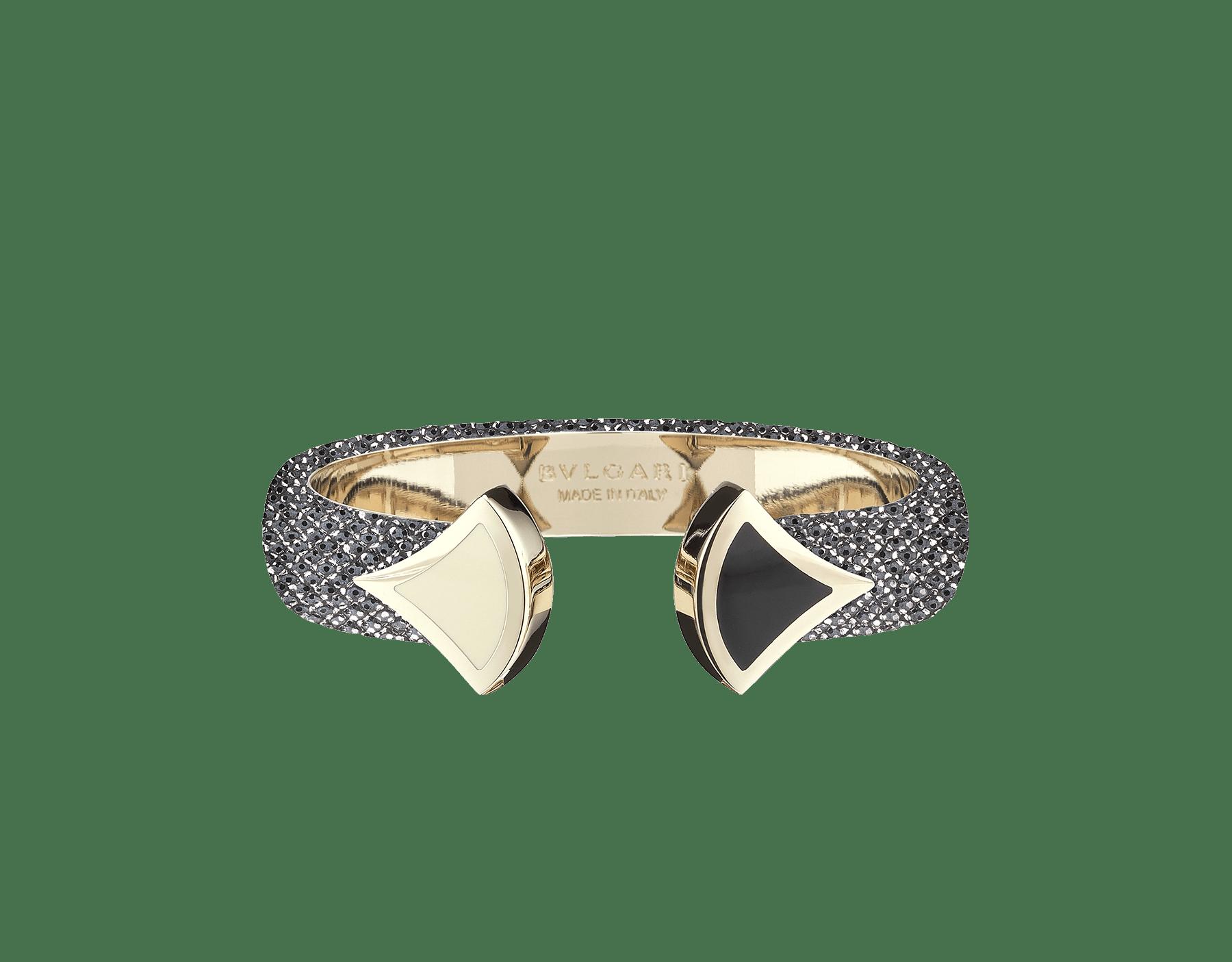 Pulsera de piel de galuchat color jade glicinia con emblemático cierre Contraire con motivo DIVAS' DREAM de latón bañado en oro claro y esmalte blanco y negro. DIVA-CONTRAIR-S image 1