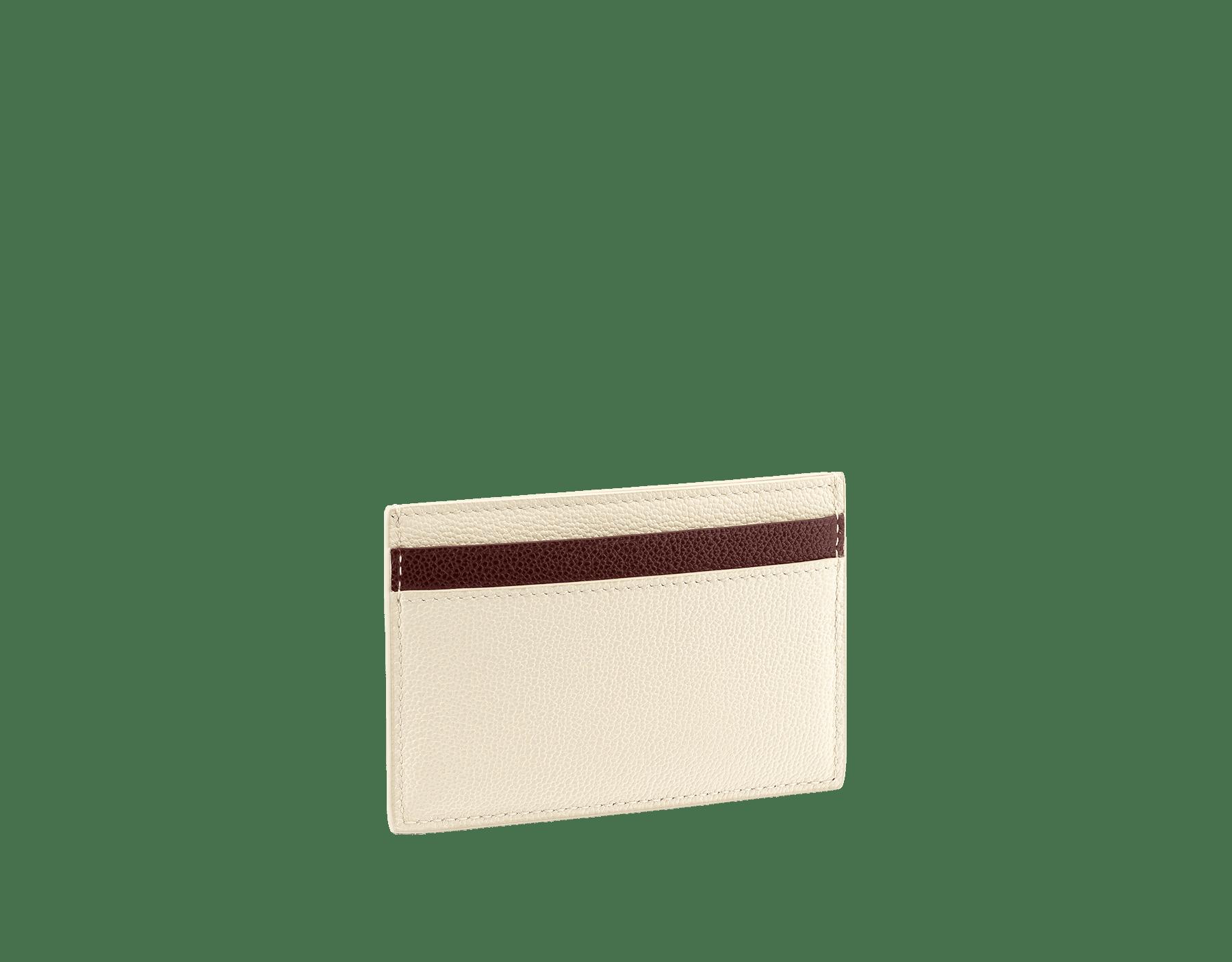 Мужской футляр для кредитных карт BVLGARI BVLGARI, зерненая кожа теленка черного цвета с узором Urban, зеленая зерненая кожа теленка оттенка Forest Emerald с узором Urban. Фирменный декор в виде логотипа из латуни с покрытием из темного рутения, черная эмаль. BBM-CCHOLDERASYM image 2