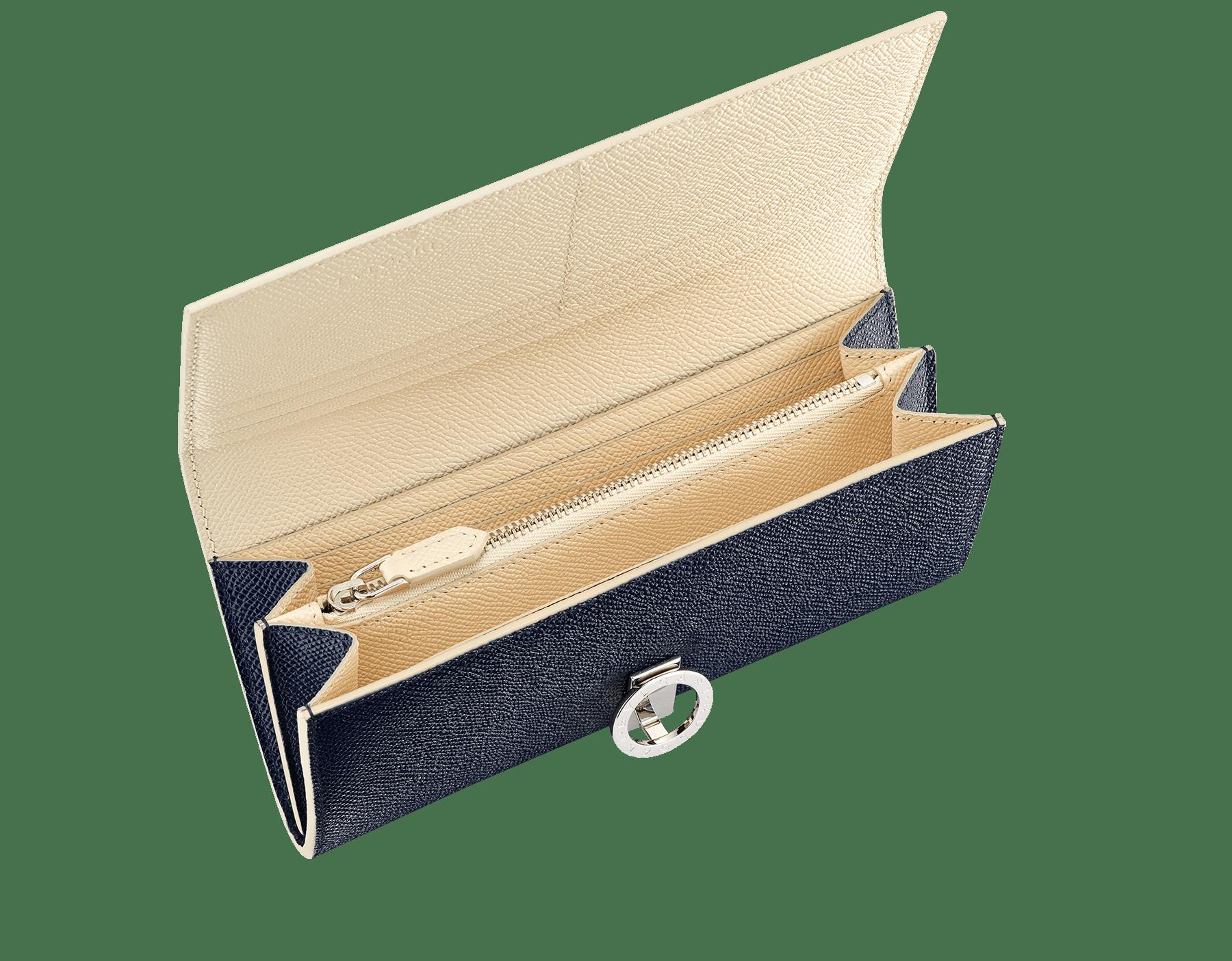 """Grand portefeuille """"Bvlgari Clip"""" en cuir de veau grainé couleur bleu Denim Sapphire et couleur beige Butter Onyx. Fermoir emblématique orné du logo Bvlgari en laiton BCM-WLT-SLI-POC-CLa image 2"""