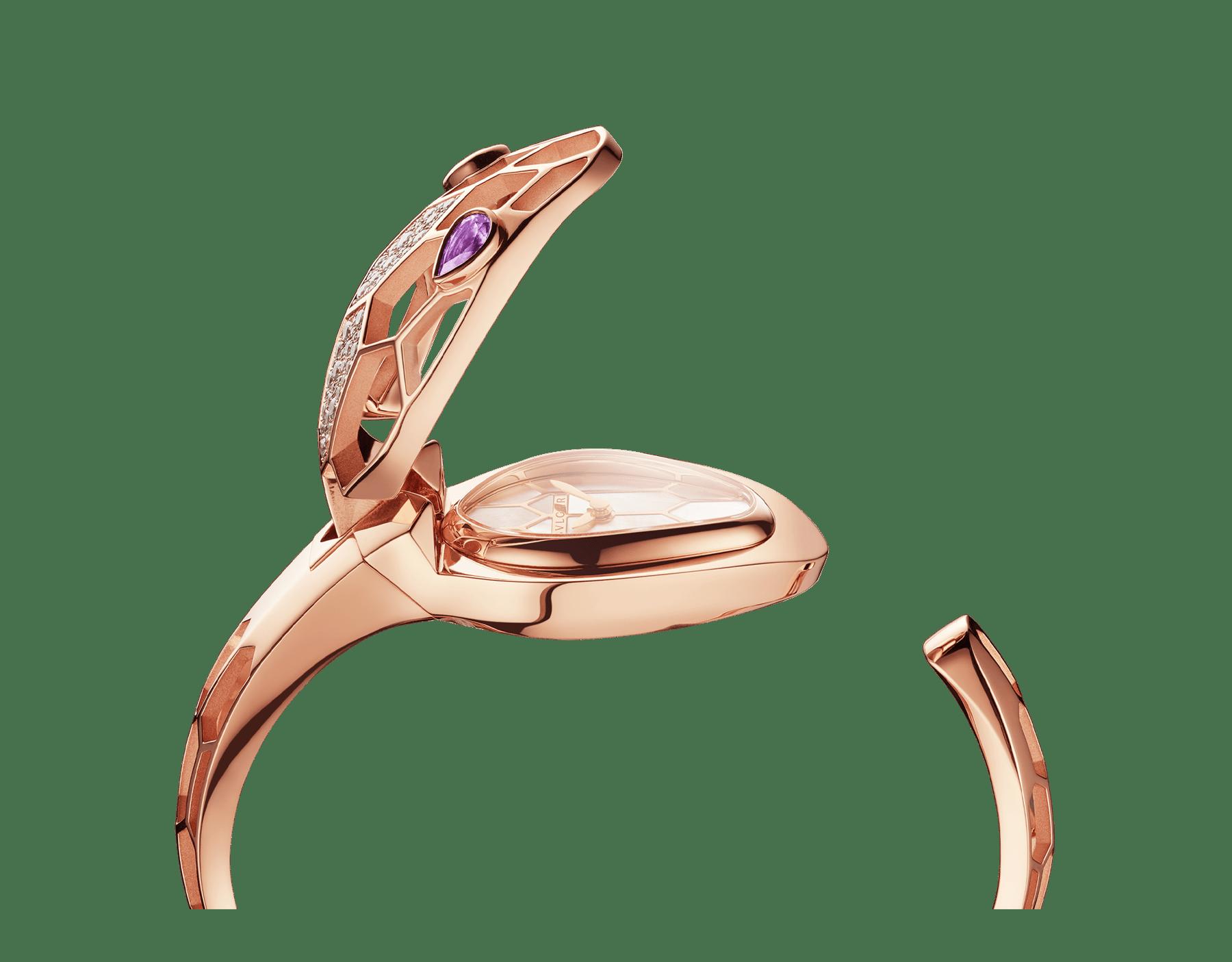 Serpenti Misteriosi Secret 腕錶,18K 玫瑰金鏤空錶殼鑲飾圓形明亮型切割鑽石,白色珍珠母貝錶盤,18K 玫瑰金鏤空手鐲式錶帶,蛇眼鑲飾梨形紫水晶。M 尺寸。 SrpntMister-SecretWtc-rose-gold image 9