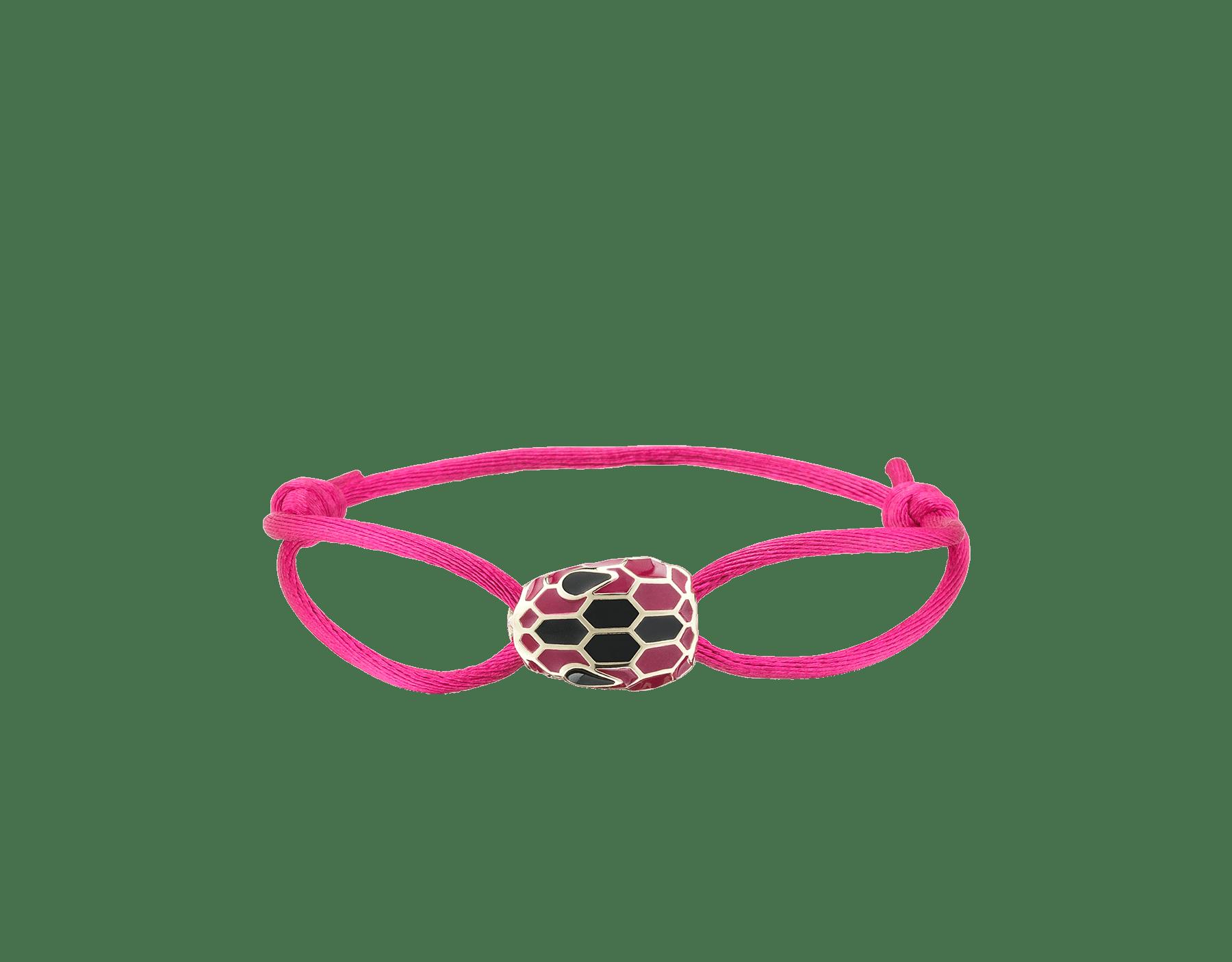 Das Serpenti Forever Armband aus Stoff in Daisy Topaz Gelb besticht mit ikonischem Schlangenkopf aus hell vergoldetem Messing mit Emaille in Daisy Topaz Gelb und Schwarz sowie verführerischen Augen aus schwarzer Emaille. SERP-STRINGc image 1