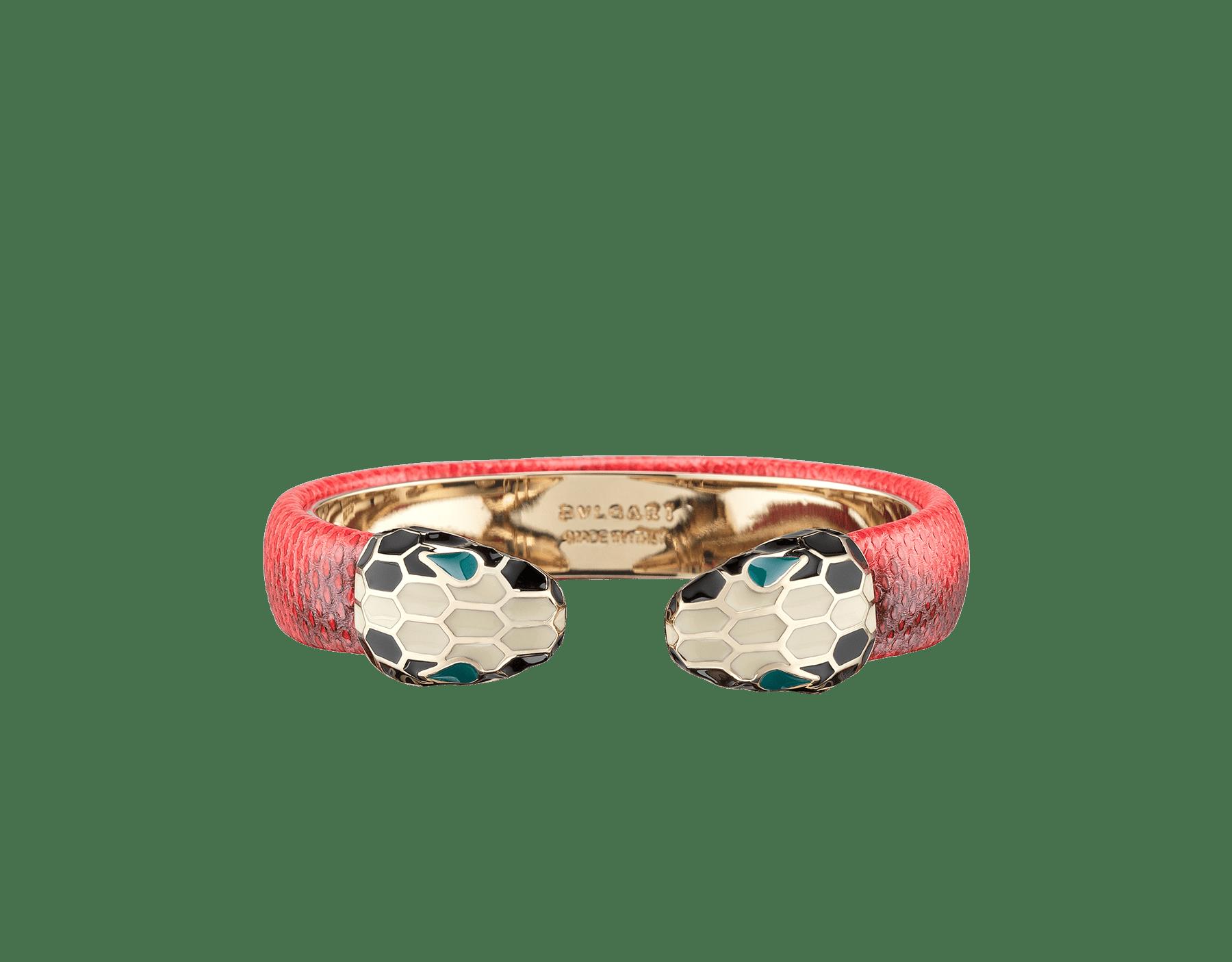 Pulsera rígida Serpenti Forever en piel de karung brillante color coral estrella de mar, con piezas metálicas en latón bañadas en oro claro. Emblemático cierre Contraire con la icónica cabeza de serpiente en esmalte blanco y negro, con ojos en esmalte verde. 288373 image 1