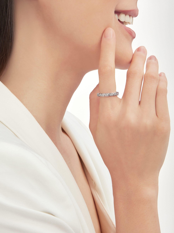Inspirées par le mythique symbole d'éternité du serpent, les alliances Serpenti Viper sont parées d'un emblématique motif écailles avec pavé diamants à l'éclat précieux ondulant avec délicatesse pour devenir les témoins d'une histoire d'amour éternelle. AN856949 image 1