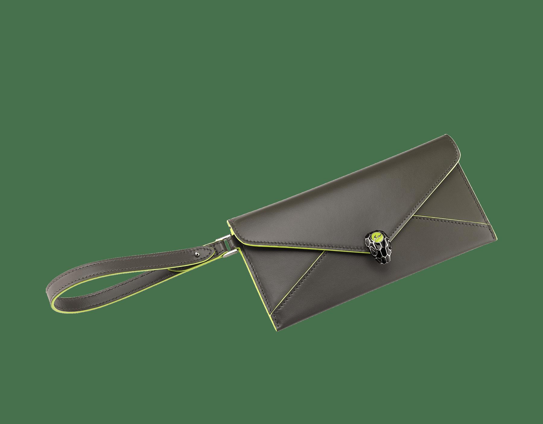 BVLGARI x FRAGMENT by Hiroshi Fujiwara 「セルペンティ フォーエバー」エンベロープケース。 ホークアイと蛍光イエローのスムースカーフレザー製。FRAGMENTの稲妻デザインを加えた、シャイニーなパラジウム プレート ブラス製のアイコニックなスネークヘッドスタッドクロージャー。ブラックと蛍光イエローのエナメルにブラックオニキスの目。 289530 image 1