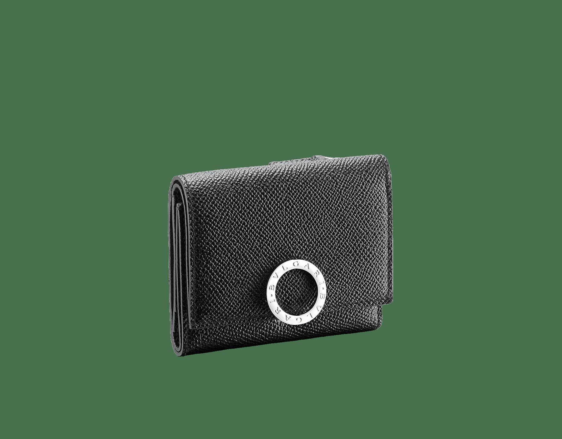 ブラックのグレインカーフレザー製ブルガリ・ブルガリ スリムコンパクトウォレット。ブラスパラジウムプレートのアイコニックなロゴのクロージャークリップ。 289369 image 1