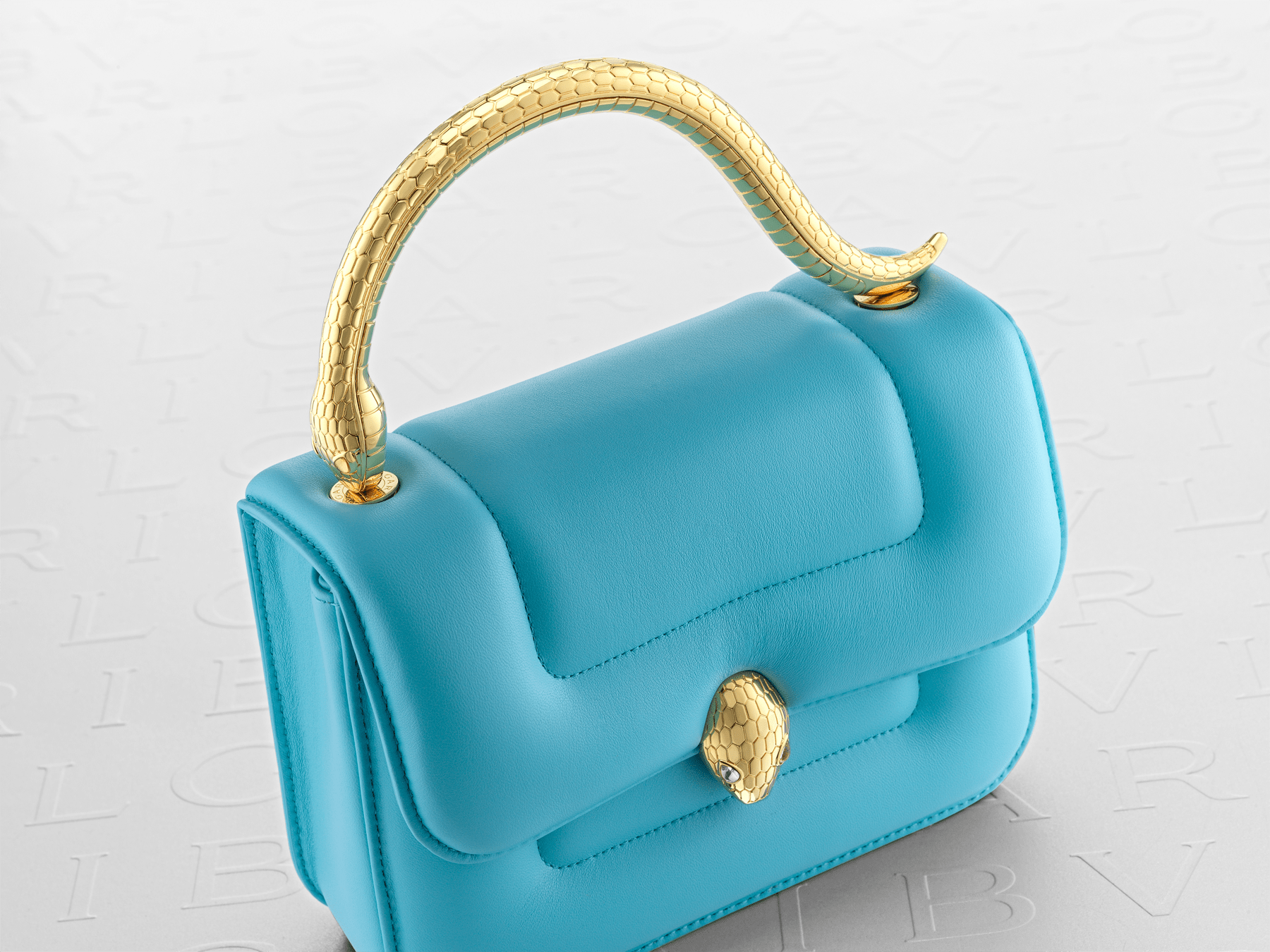 Mary Katrantzou x Bvlgari 手提包,採用柔軟的 Aegean Toapz 藍色絎縫納帕軟面皮,Aegean Toapz 藍色納帕軟面皮襯裡。新式金色黃銅 Serpenti 蛇頭扣環,誘人蛇眼鑲飾水晶。特別版包款。 MK-1142 image 9
